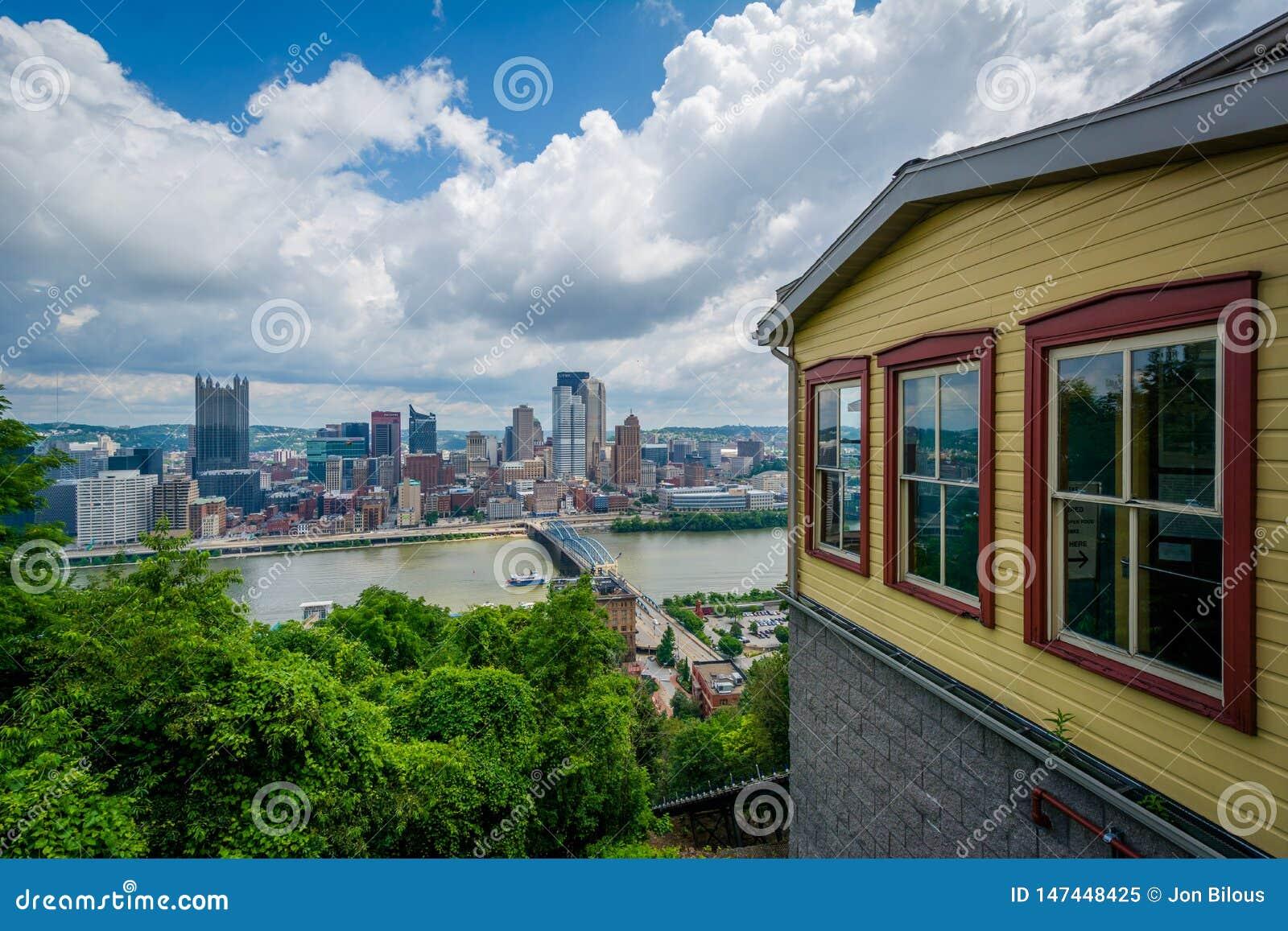 Уклон Monongahela и взгляд горизонта от держателя Вашингтона, в Питтсбург, Пенсильвания