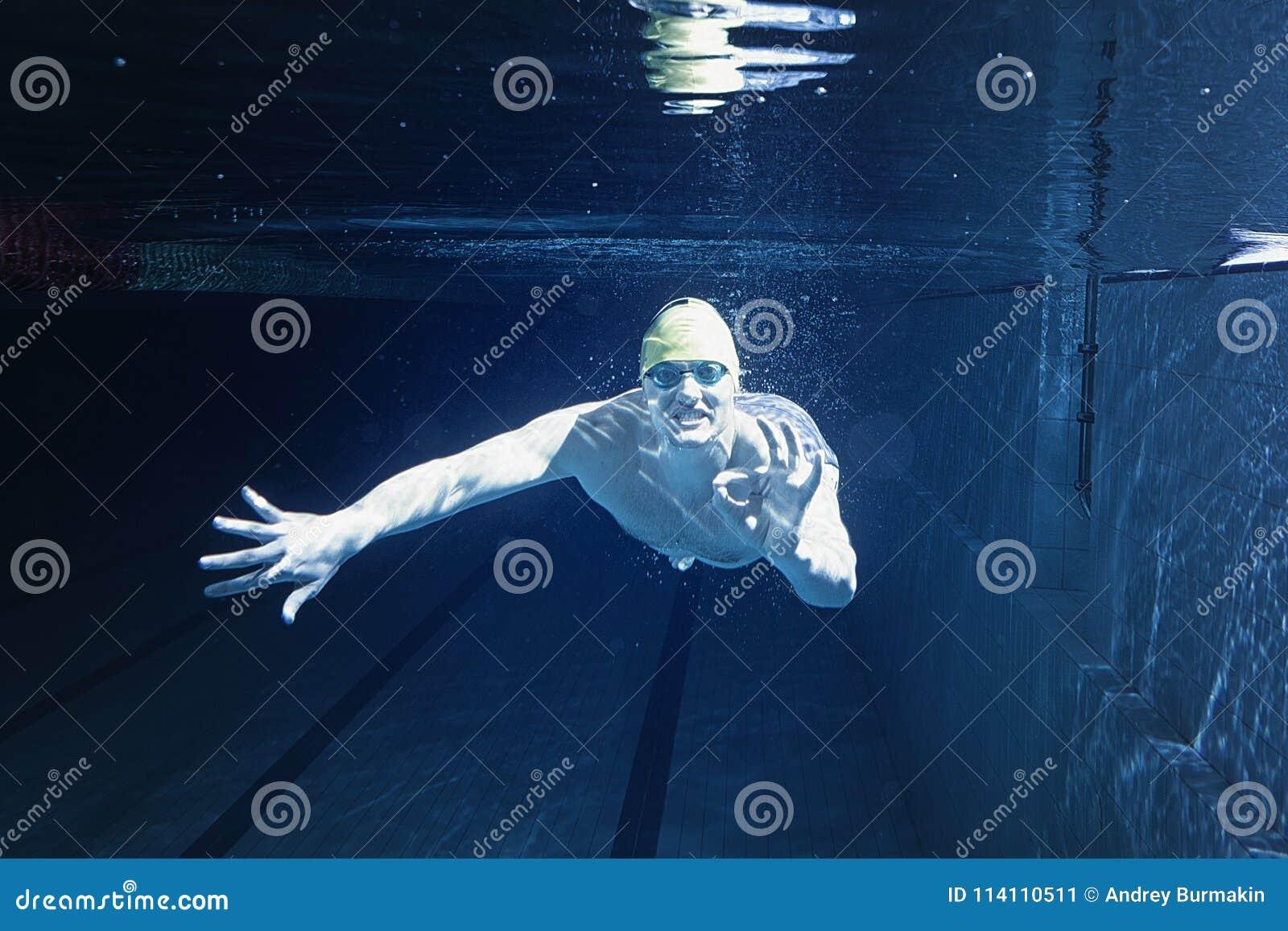 укомплектуйте личным составом заплывание бассеина подводно