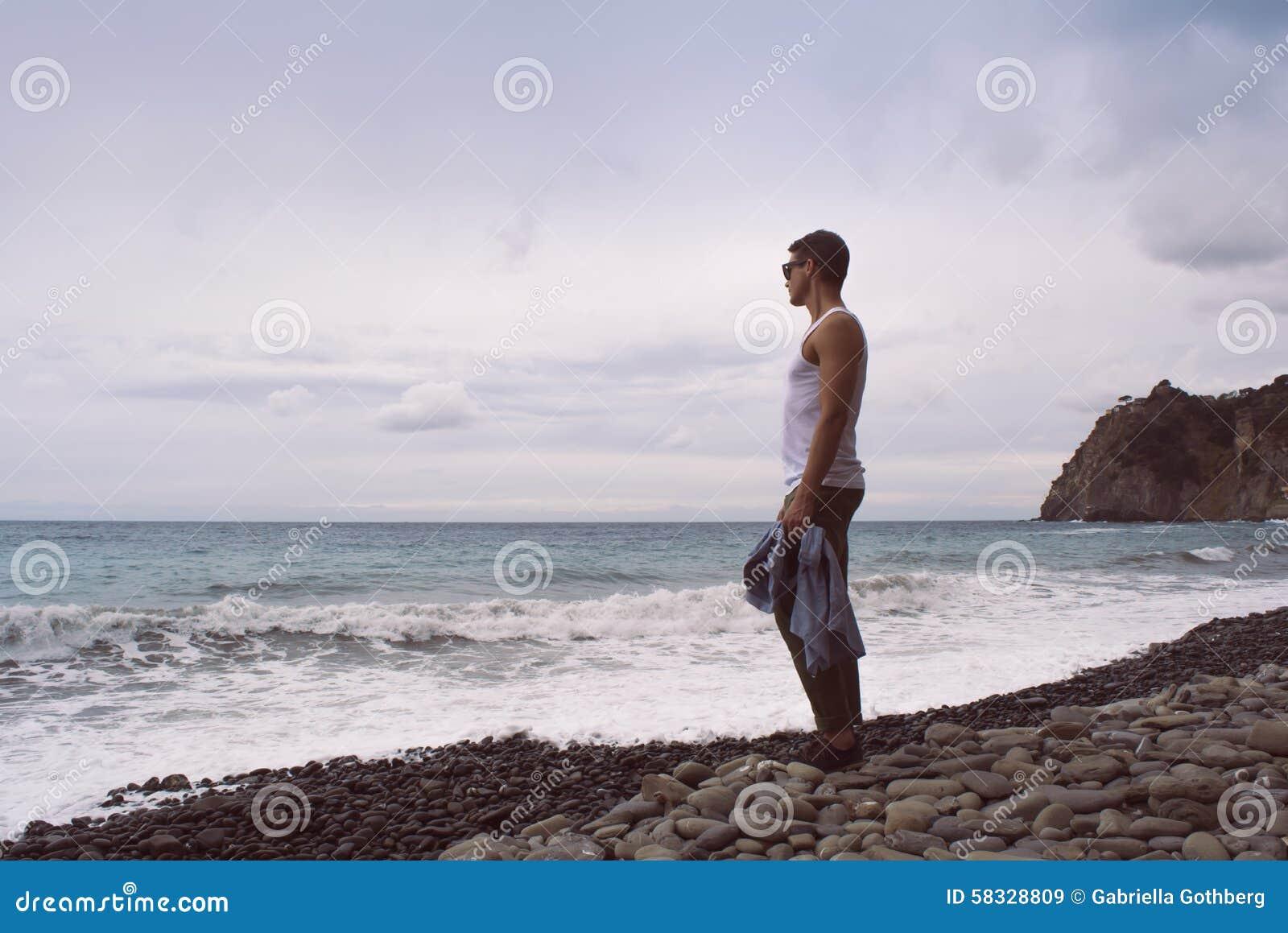 Укомплектуйте личным составом готовить волны океана на скалистом пляже