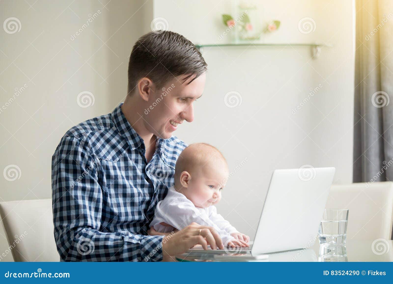 Укомплектуйте личным составом и младенец работая на компьтер-книжке