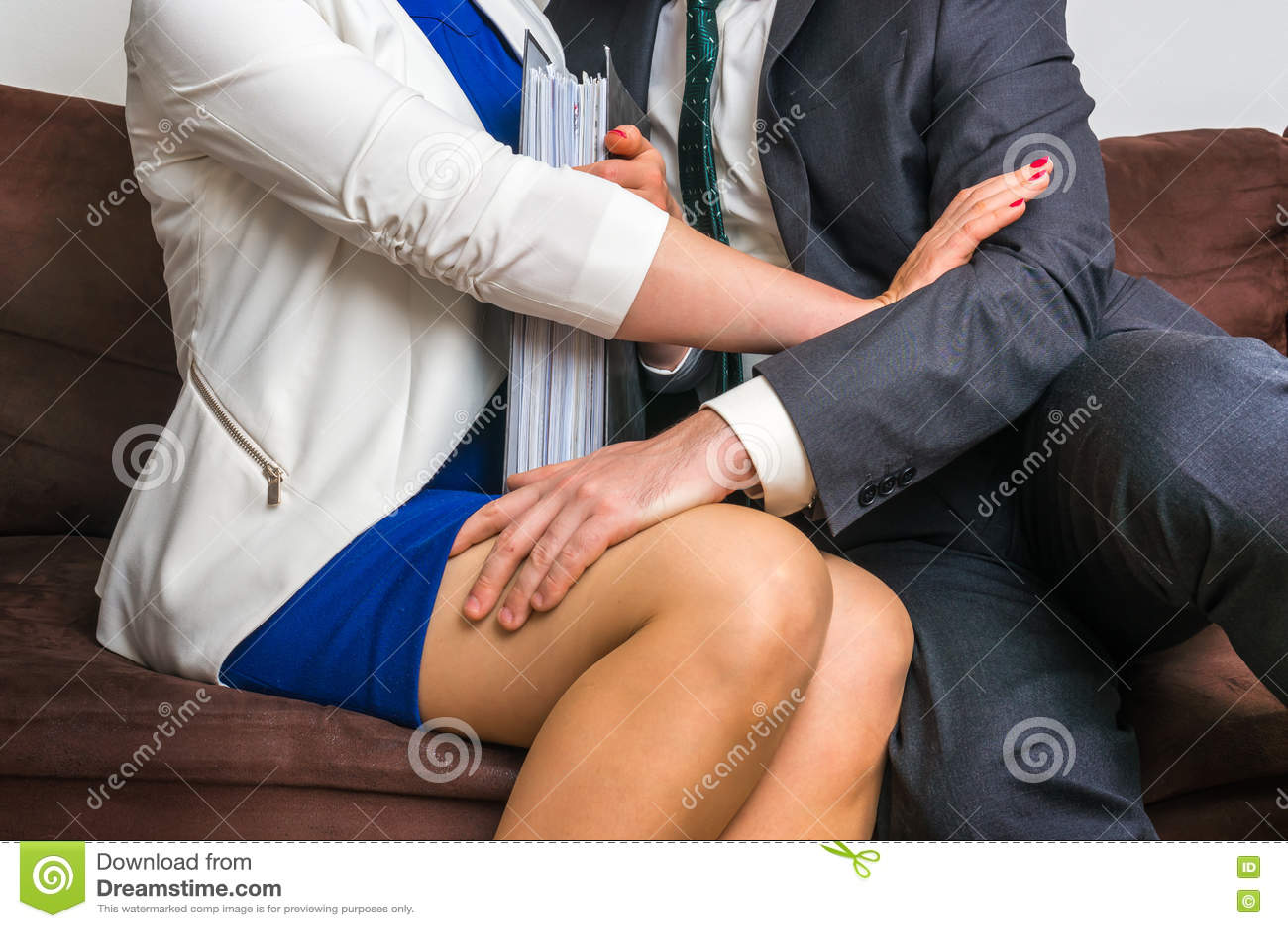 Укомплектуйте личным составом касающее колено ` s женщины - сексуальные домогательства в офисе