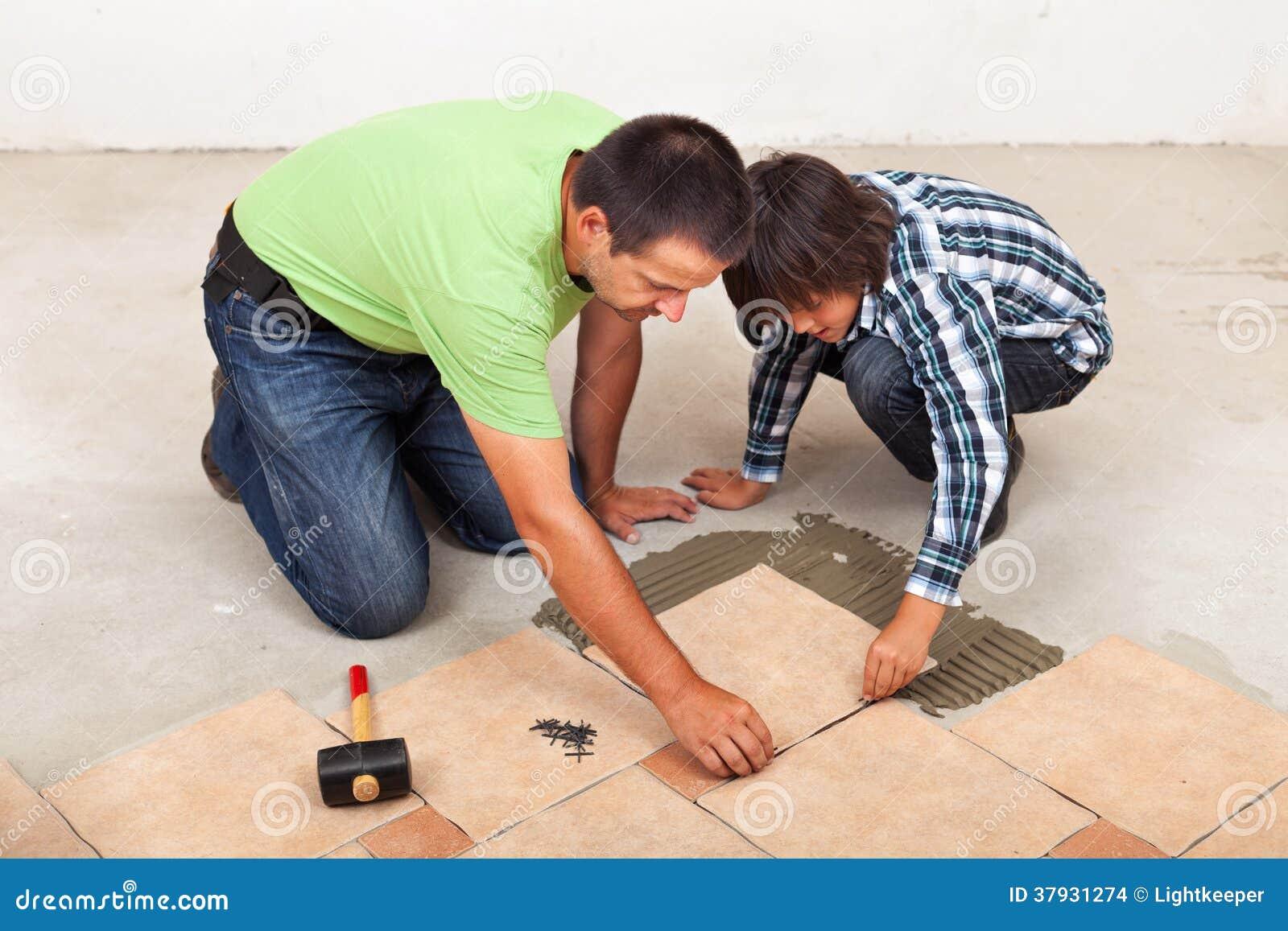 Укомплектуйте личным составом класть керамические плитки пола, который помог его сын