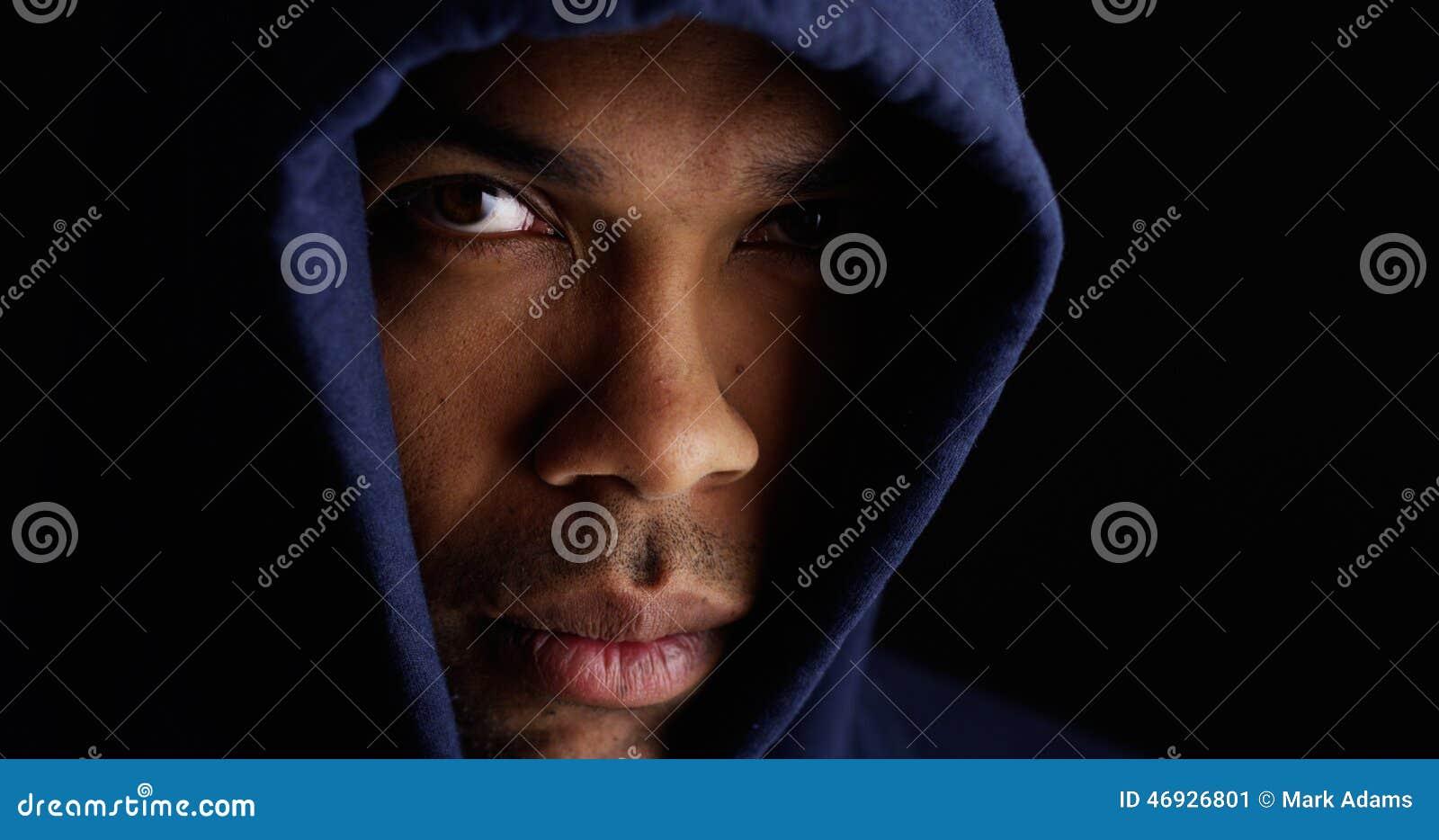 Укомплектуйте личным составом нося голубой свитер и смотреть камеру