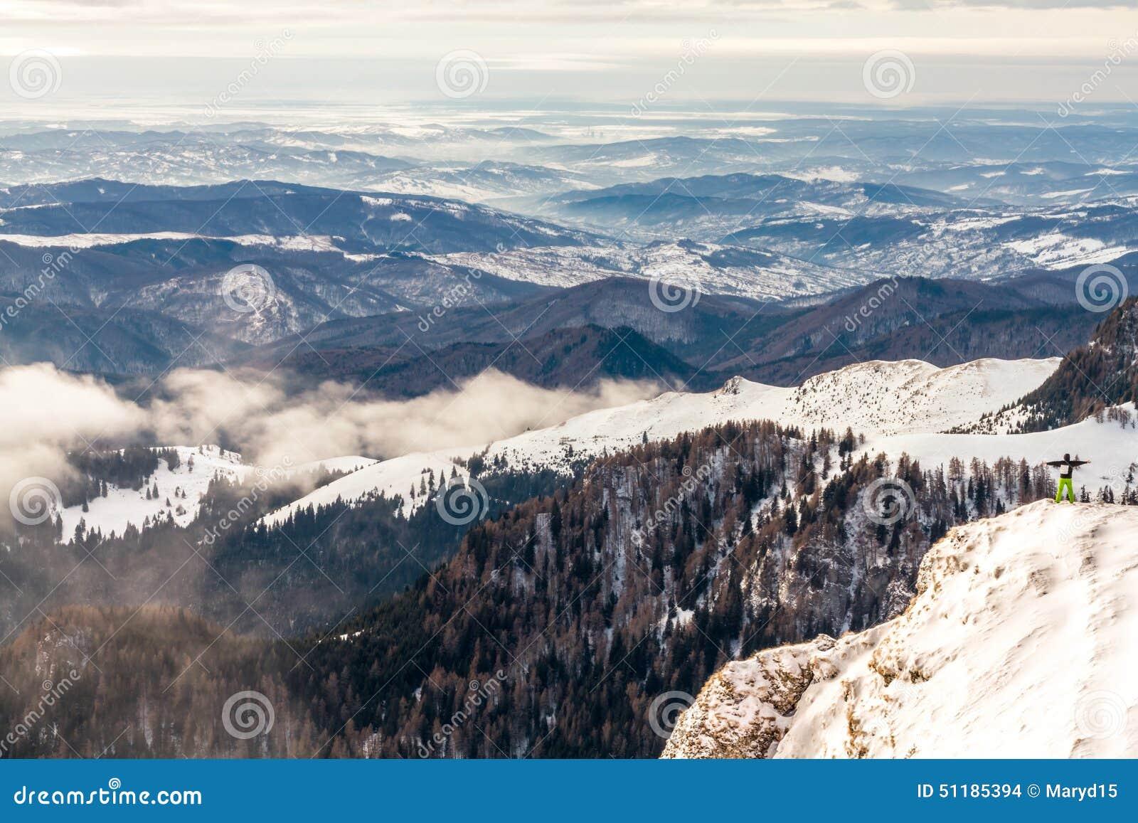 Укомплектуйте личным составом положение на скале, над облаками, чувство мощное, успешными