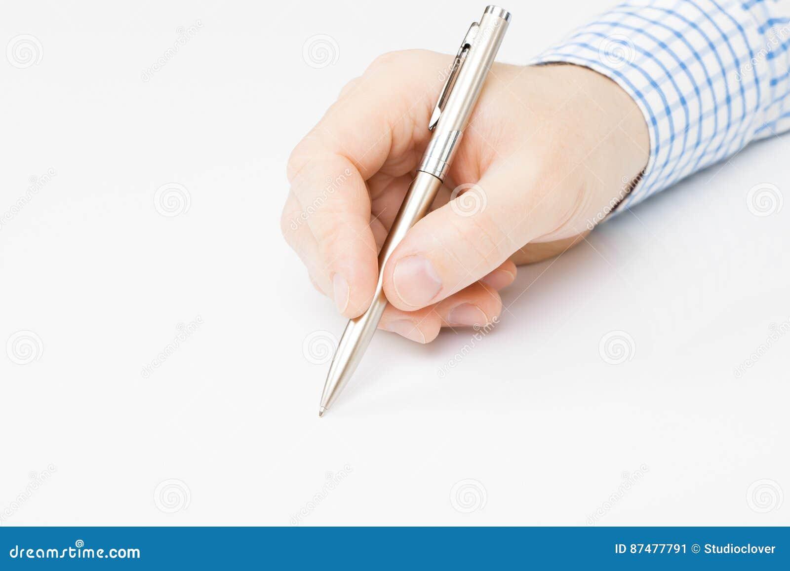 Укомплектуйте личным составом подписание или сочинительство что-то - близкая поднимающая вверх съемка над серым цветом