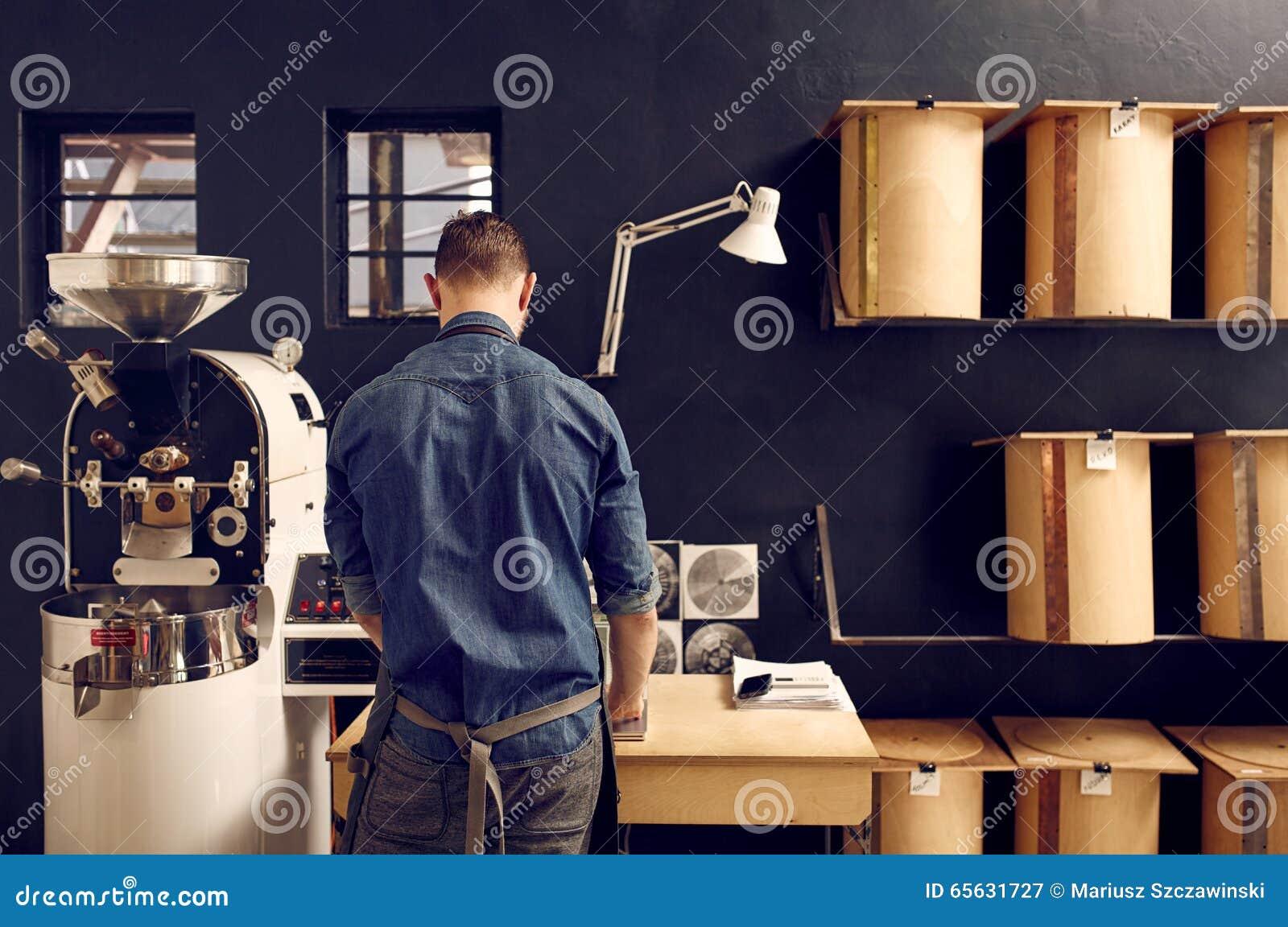Укомплектуйте личным составом работу в его современном roastery кофе с аккуратным хранением