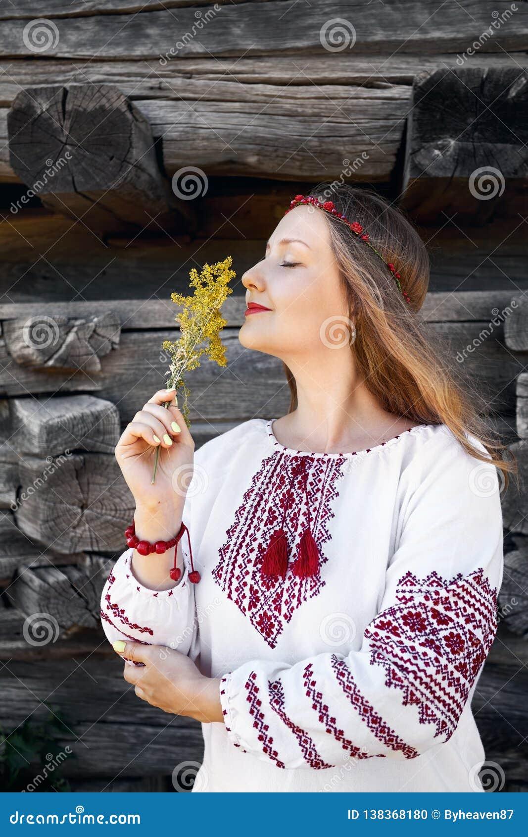 Украинская женщина в этнической деревне
