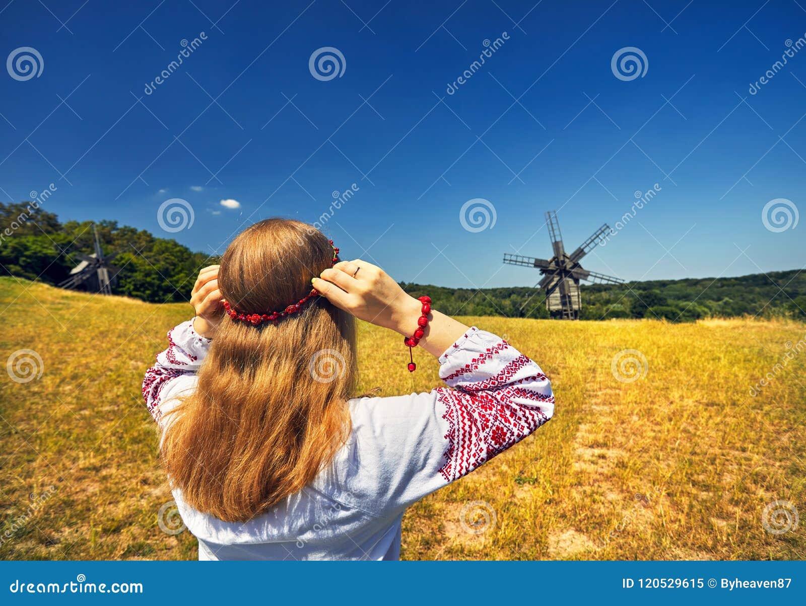 Украинская женщина в этническом костюме