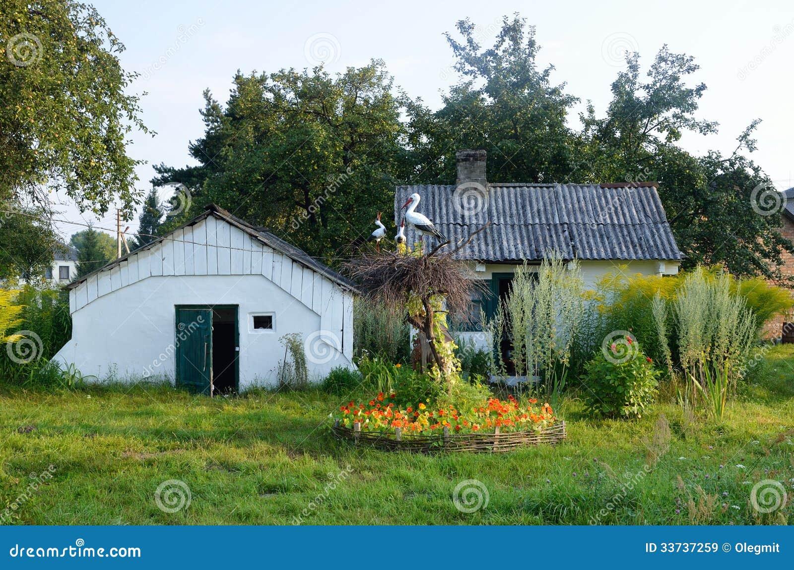 Украинский двор страны с гнездом крана