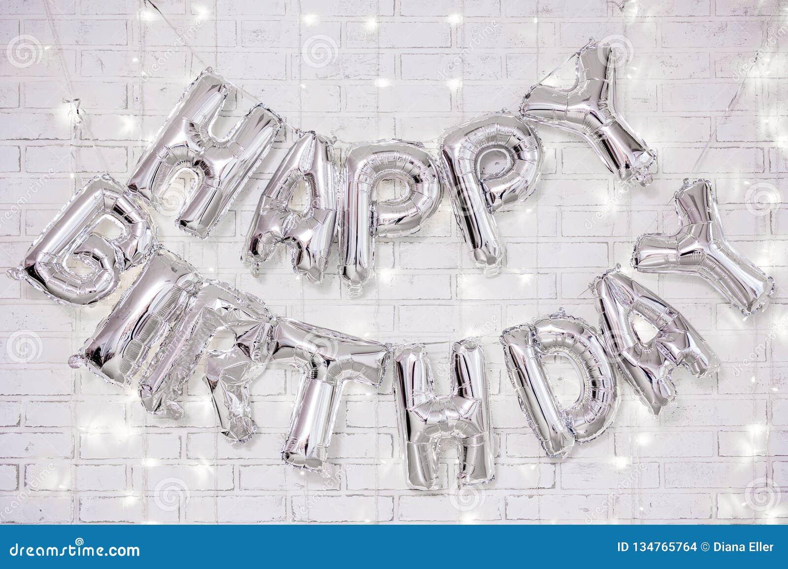 Украшение дня рождения - письма с днем рождений воздушные шары над кирпичной стеной со светами