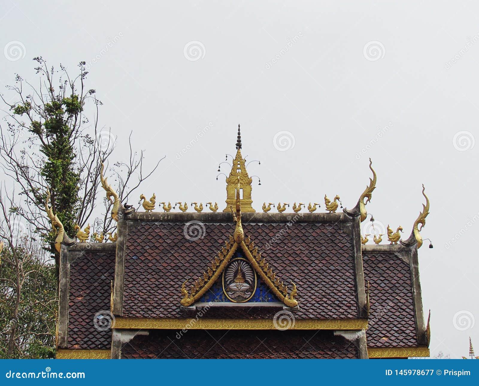 Украшение крыши и щипец тайских висков который уникален в тайской архитектуре