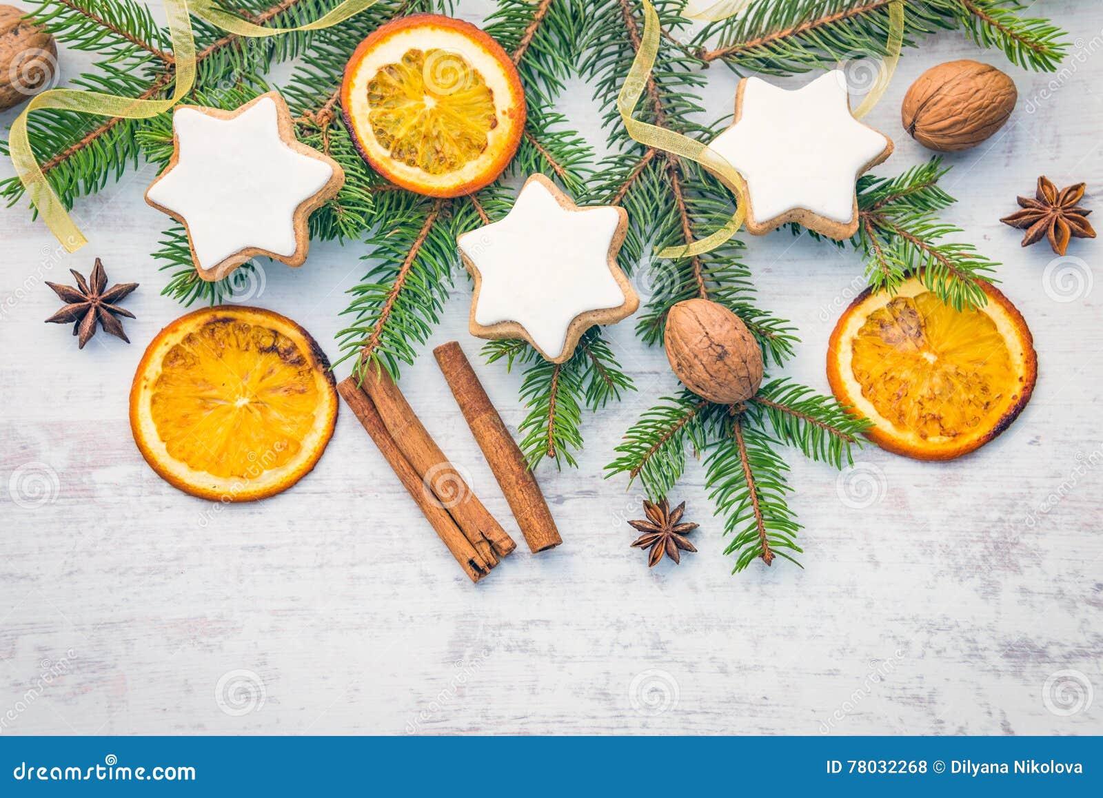 Украшение рождества над белой деревянной предпосылкой Взгляд сверху звезды домодельного масла чокнутой сформировало печенья с зам
