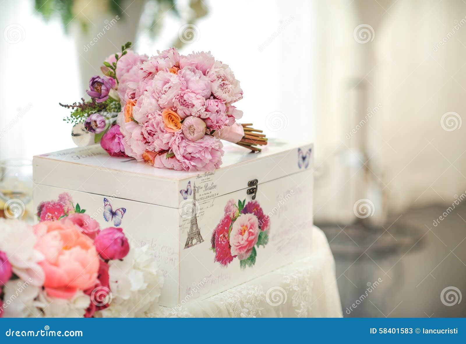 Украшение свадьбы на таблице Цветочные композиции и украшение Расположение розовых и белых цветков в ресторане для события