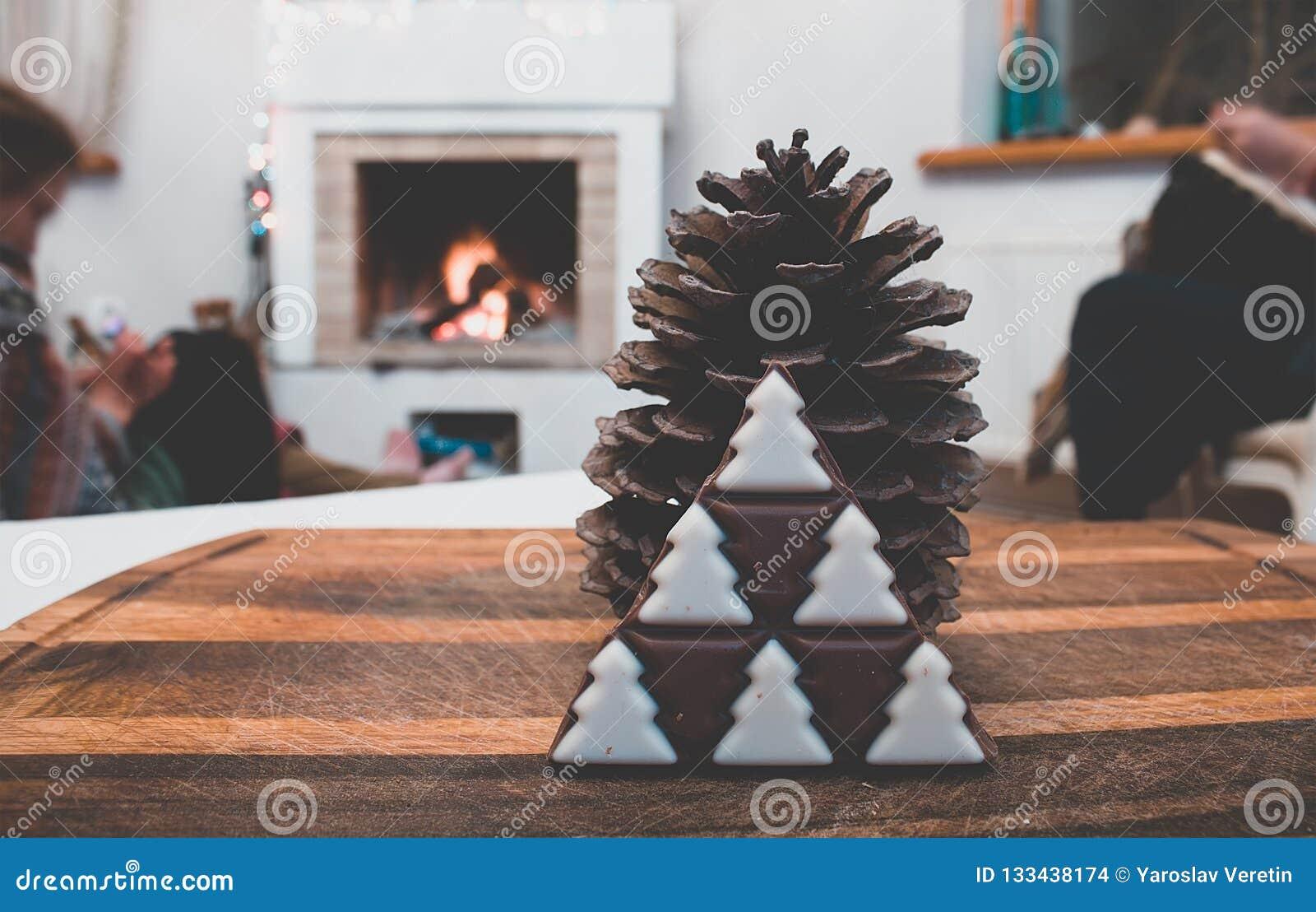 украшения зимы винтажные деревенские с конусом сосны и шоколадом рождественской елки