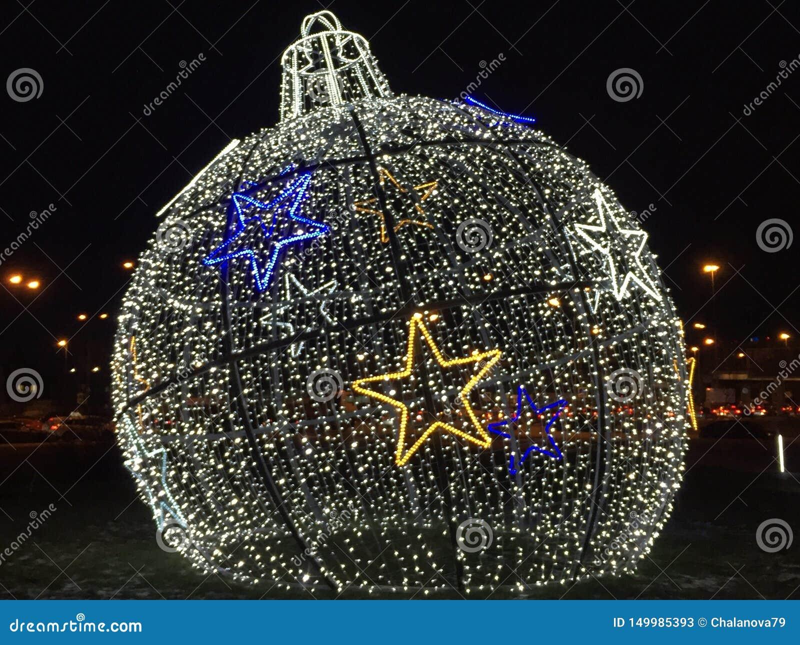 Украшения на Новый Год и праздники Шарики рождества на траве со снегом Установка Нового Года