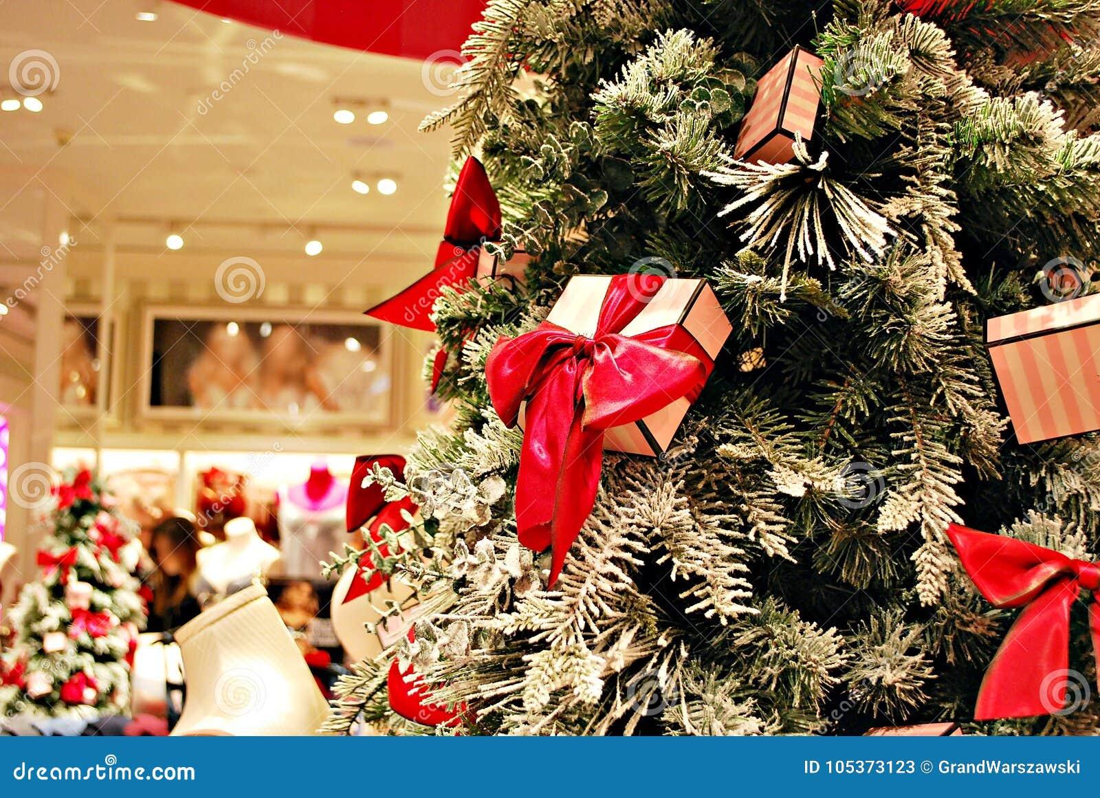 b7f4979cdf0d8 Предпосылка рождества праздничная с рождественской елкой в магазине женское  бельё нижнего белья