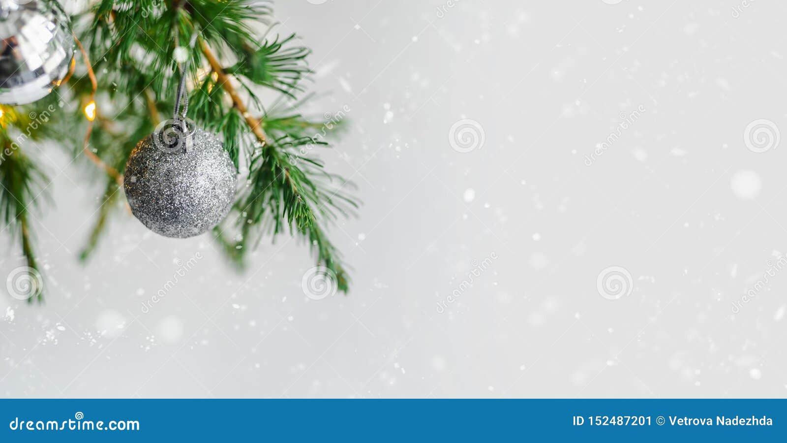Украшения состава рождества и ветви ели гирлянд