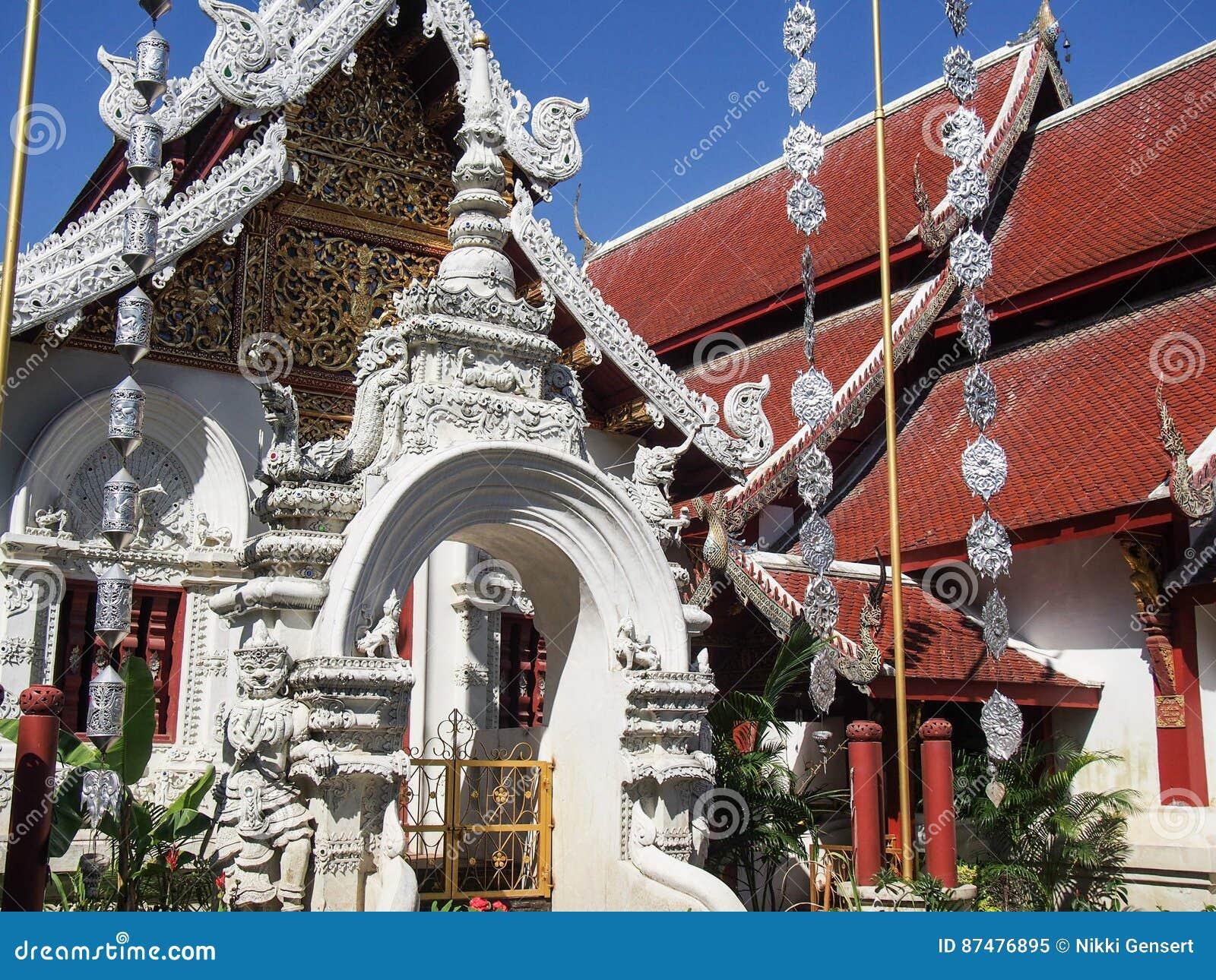 Украшенный висок в Чиангмае Таиланде