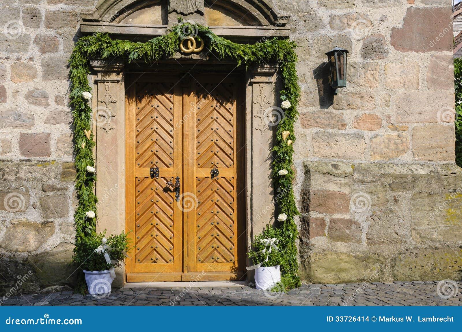 Украшенный вход церков