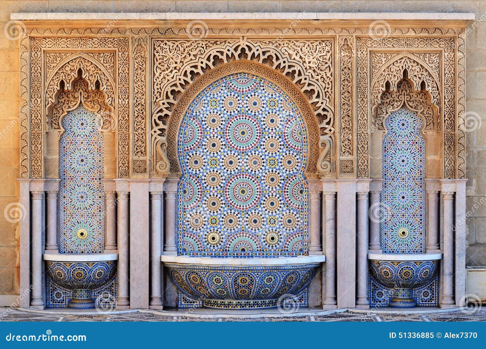 Украшенный фонтан с плитками мозаики в Рабате, Марокко