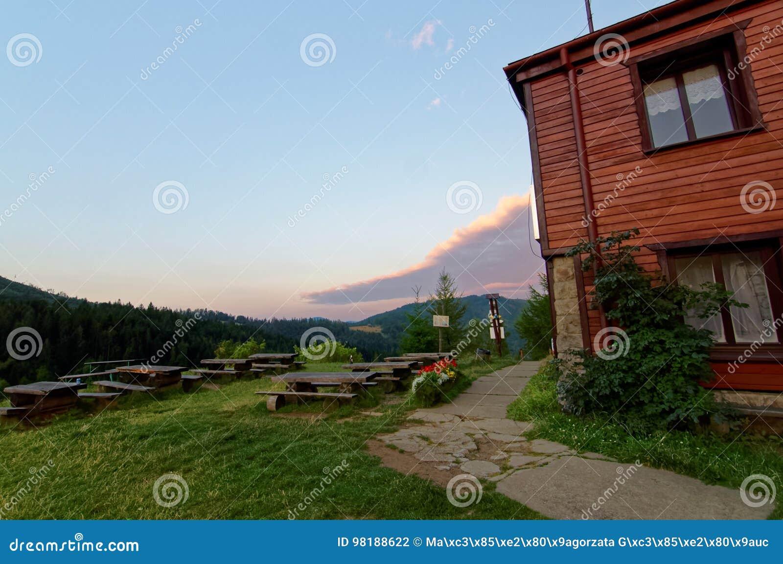 Укрытие вверху гора Путь водя к дому