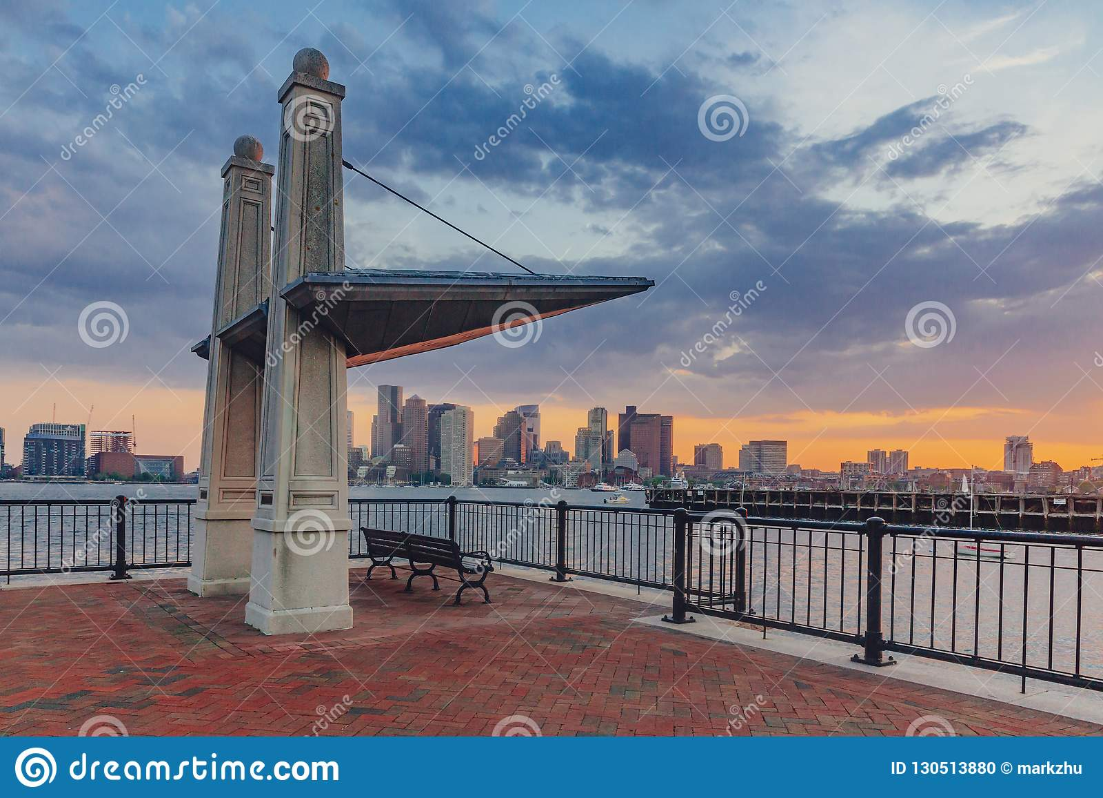 Укрытие и стенд обозревая гавань Бостон с горизонтом