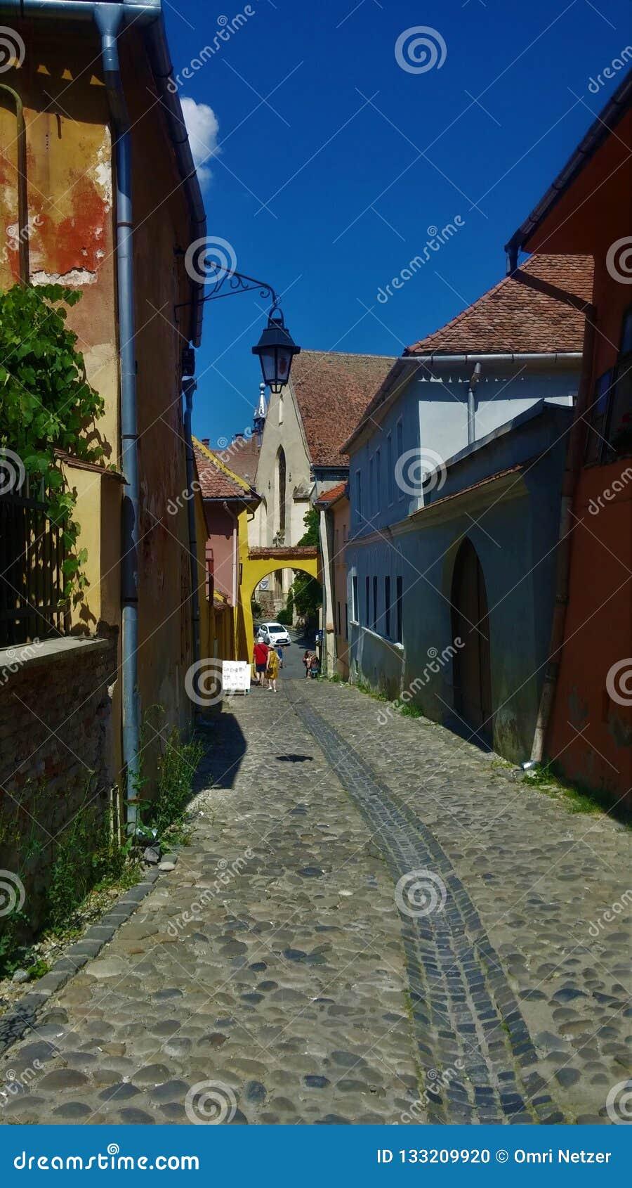 Улица в деревне с красочными домами