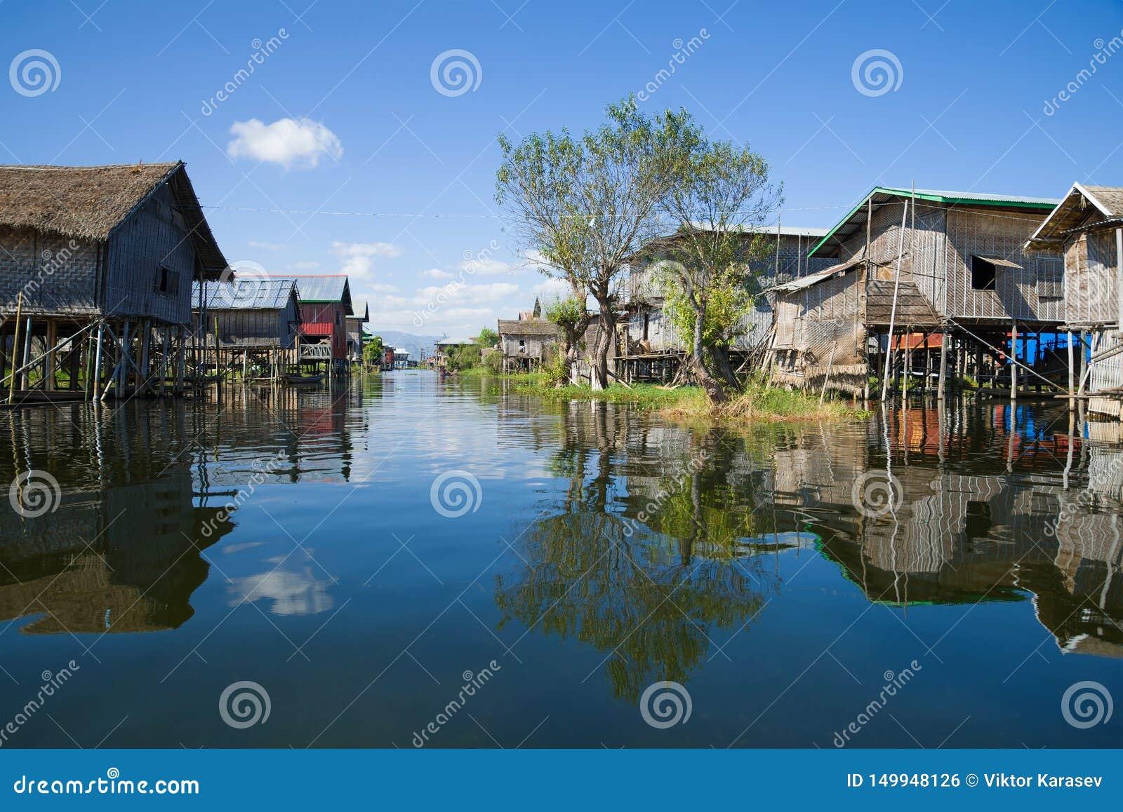 Улица деревни в рыбацком поселке на озере Inle myanmar