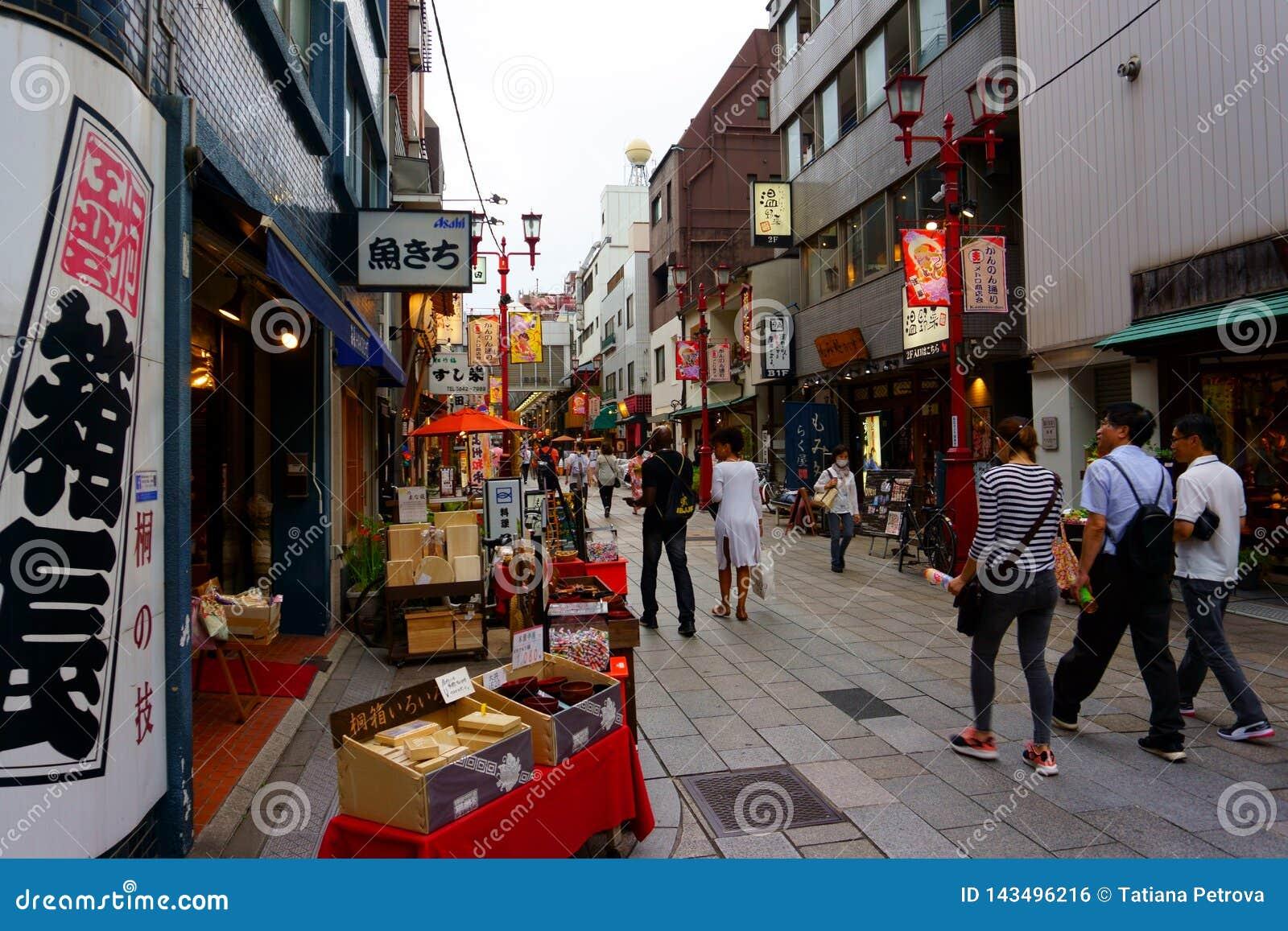 Улица рынка покупок dori Kannon Обедать и приобретение сувенира в Asakusa