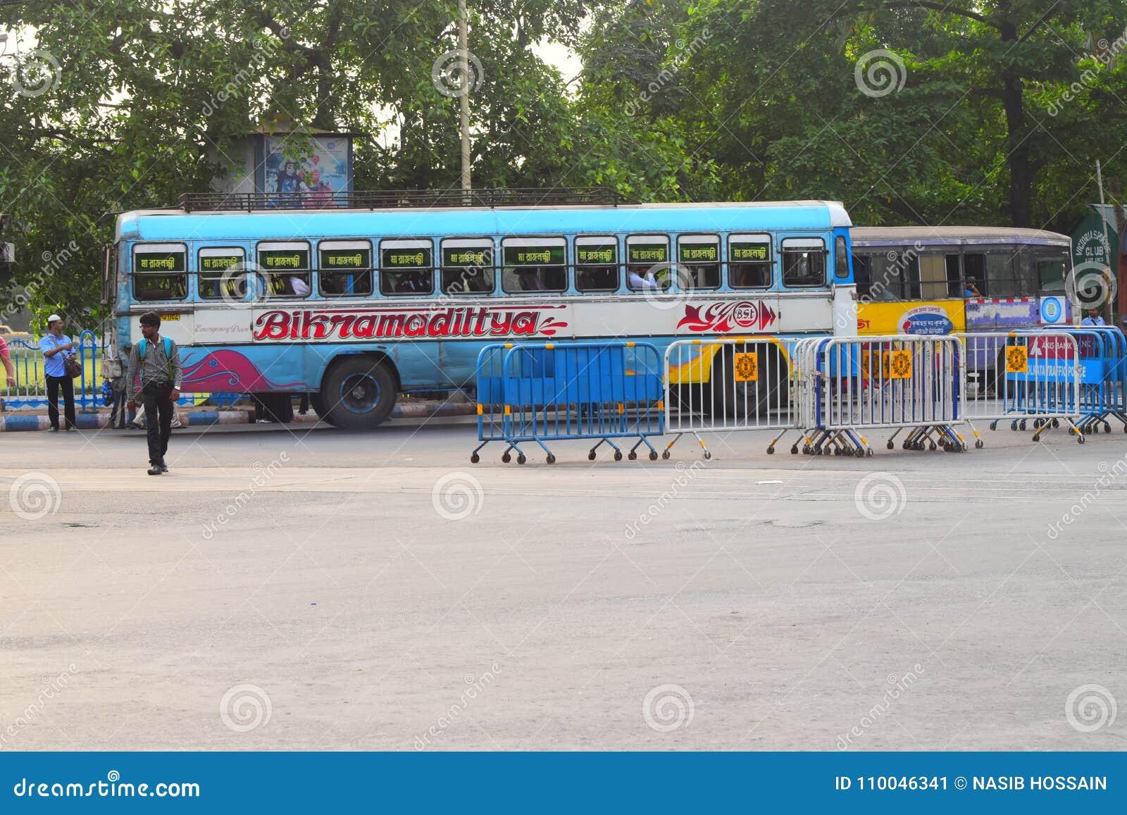 Улицы города с общественным транспортом Kolkata, Индии