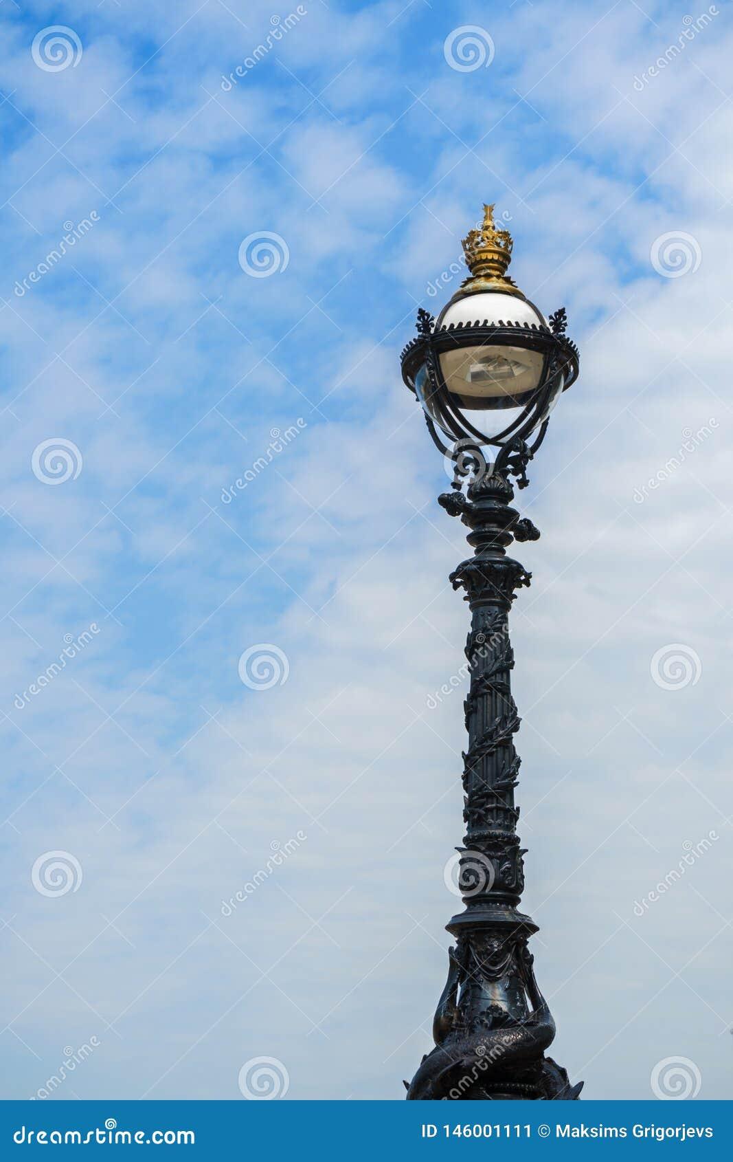 Уличный фонарь на южном береге реки Темза, Лондона, Англии, Великобритании