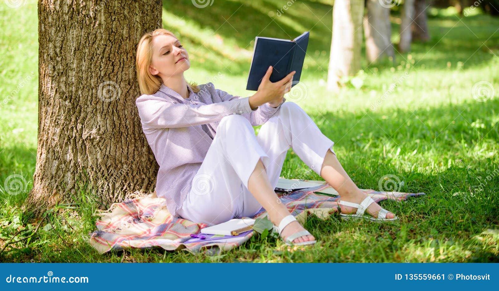 Улучшение собственной личности и концепция образования Дама дела находит минута для чтения книги улучшить ее знание Женская собст