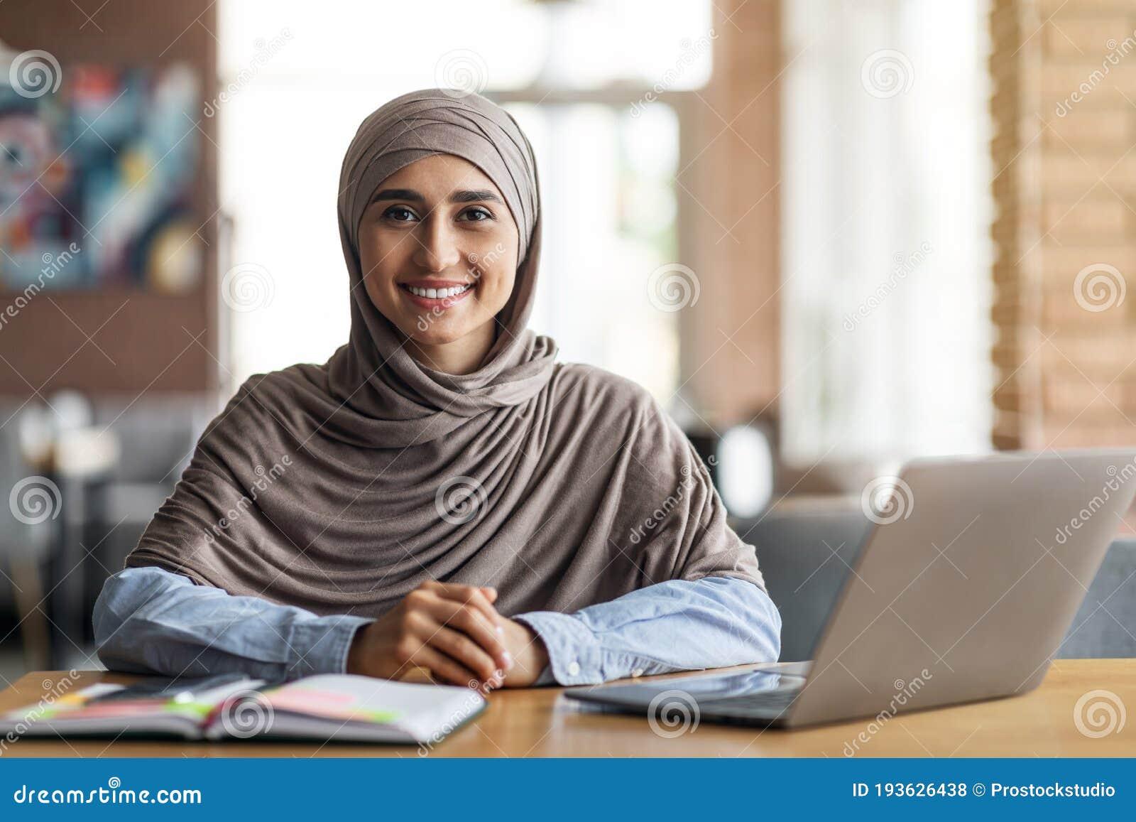 Девушка в поисках работы сайт веб моделей без регистрации