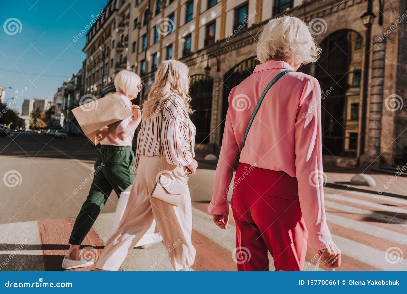 3 ультрамодных взрослых женщины тратят время совместно