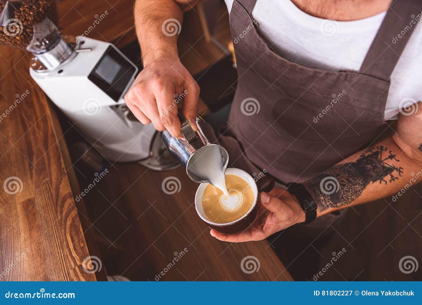 Умелый бармен работая в кофейне