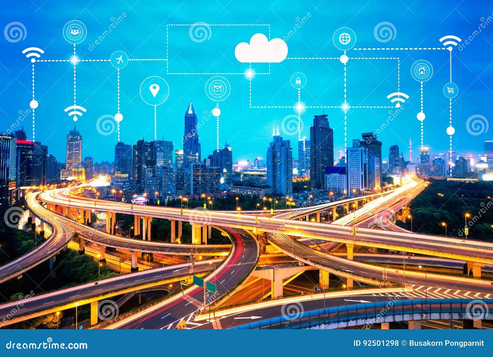 Умные значки города и технологии, интернет вещей, с умной предпосылкой сетей обслуживаний