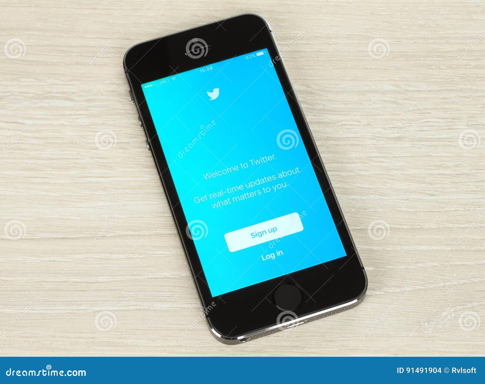 Умный телефон с интернет-страницей имени пользователя Twitter на своем экране