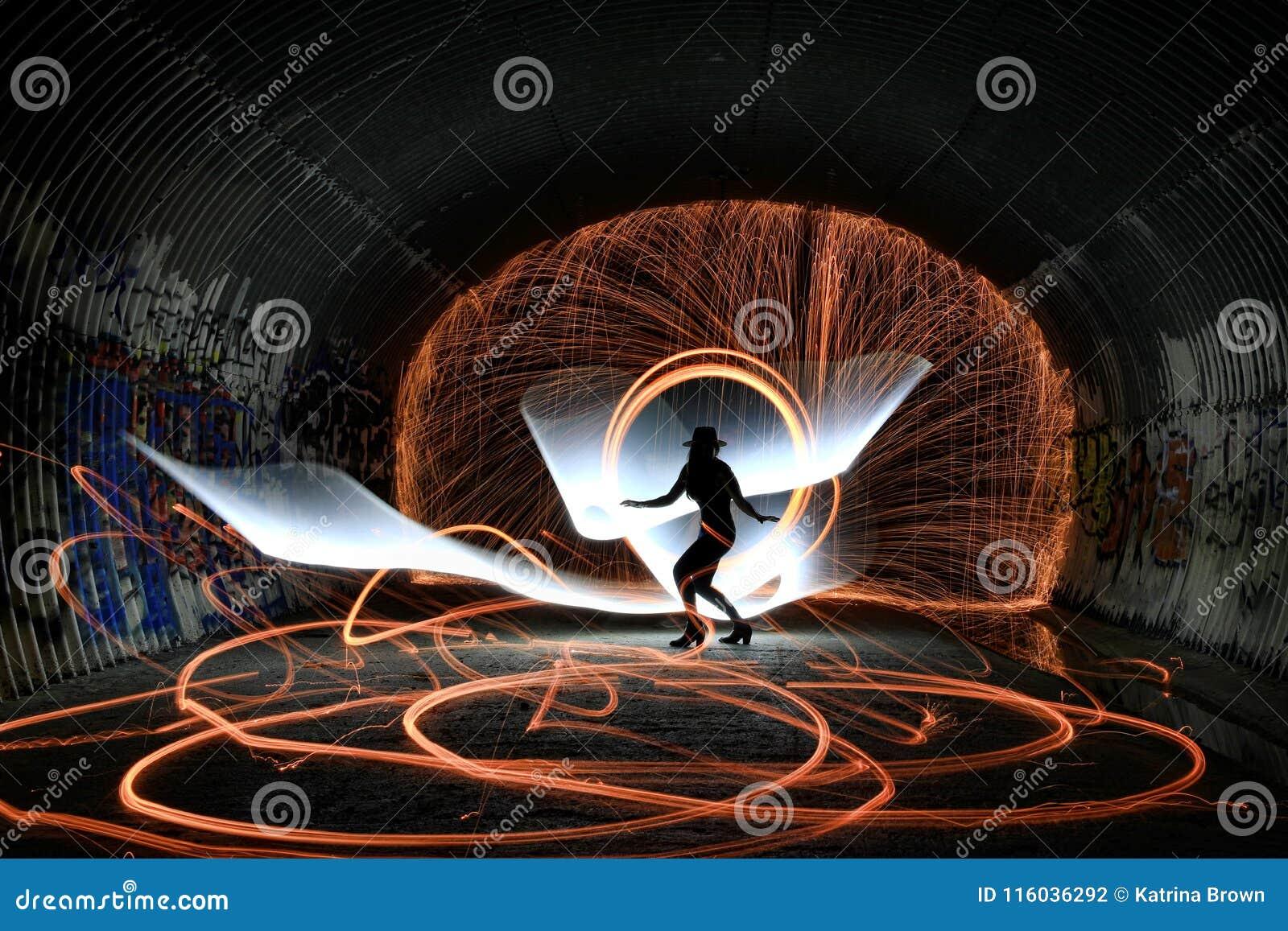Уникально творческая светлая картина с освещением огня и трубки