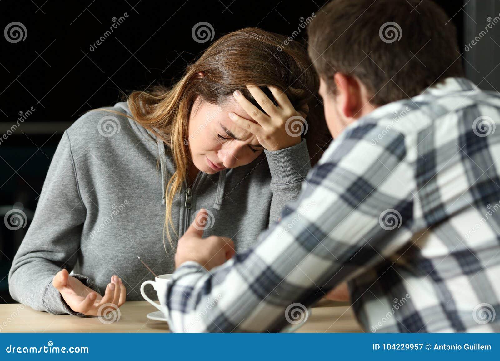 Унылый подросток во время боя пар