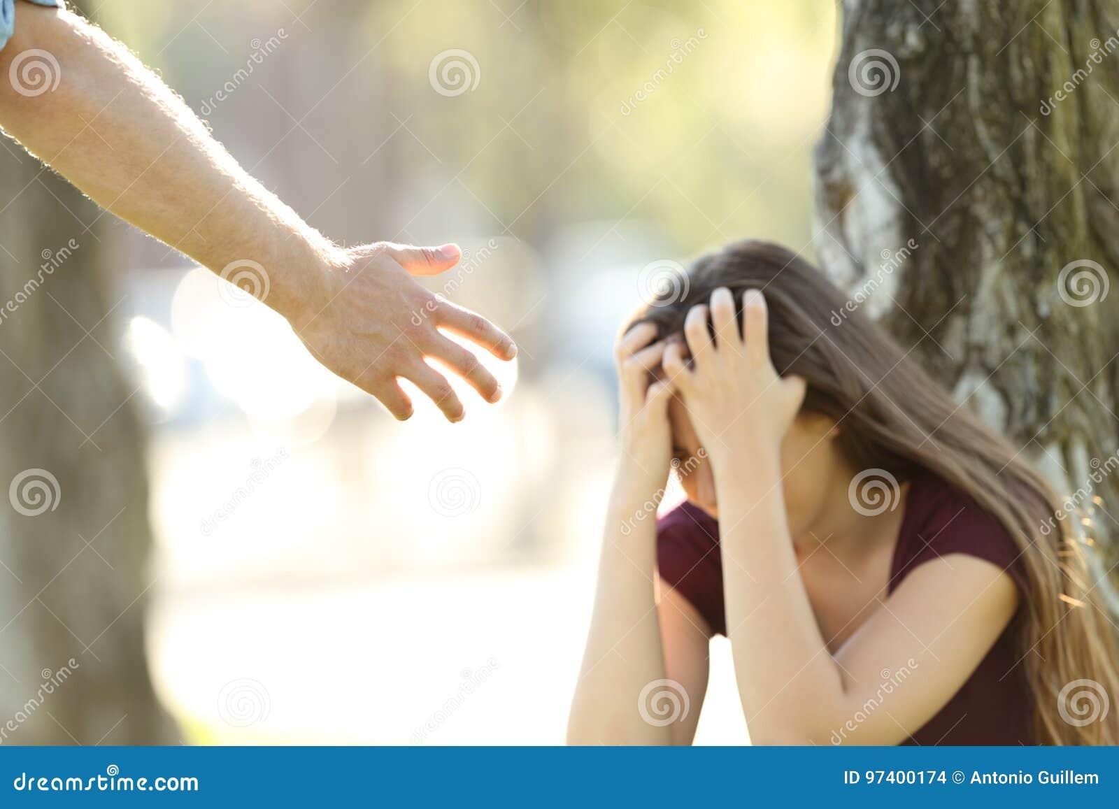 Унылая женщина и рука помощи