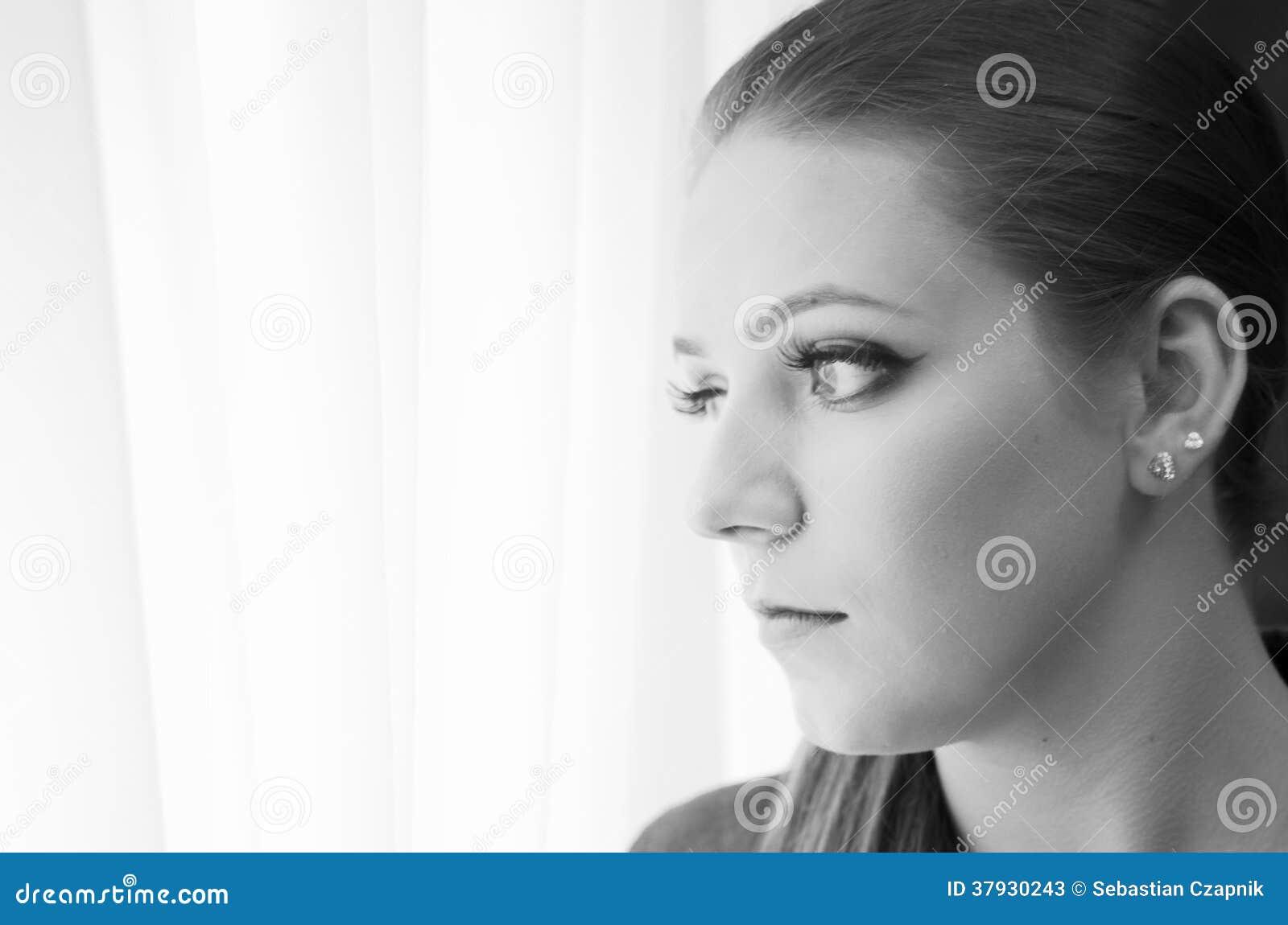 Унылая женщина смотря вне
