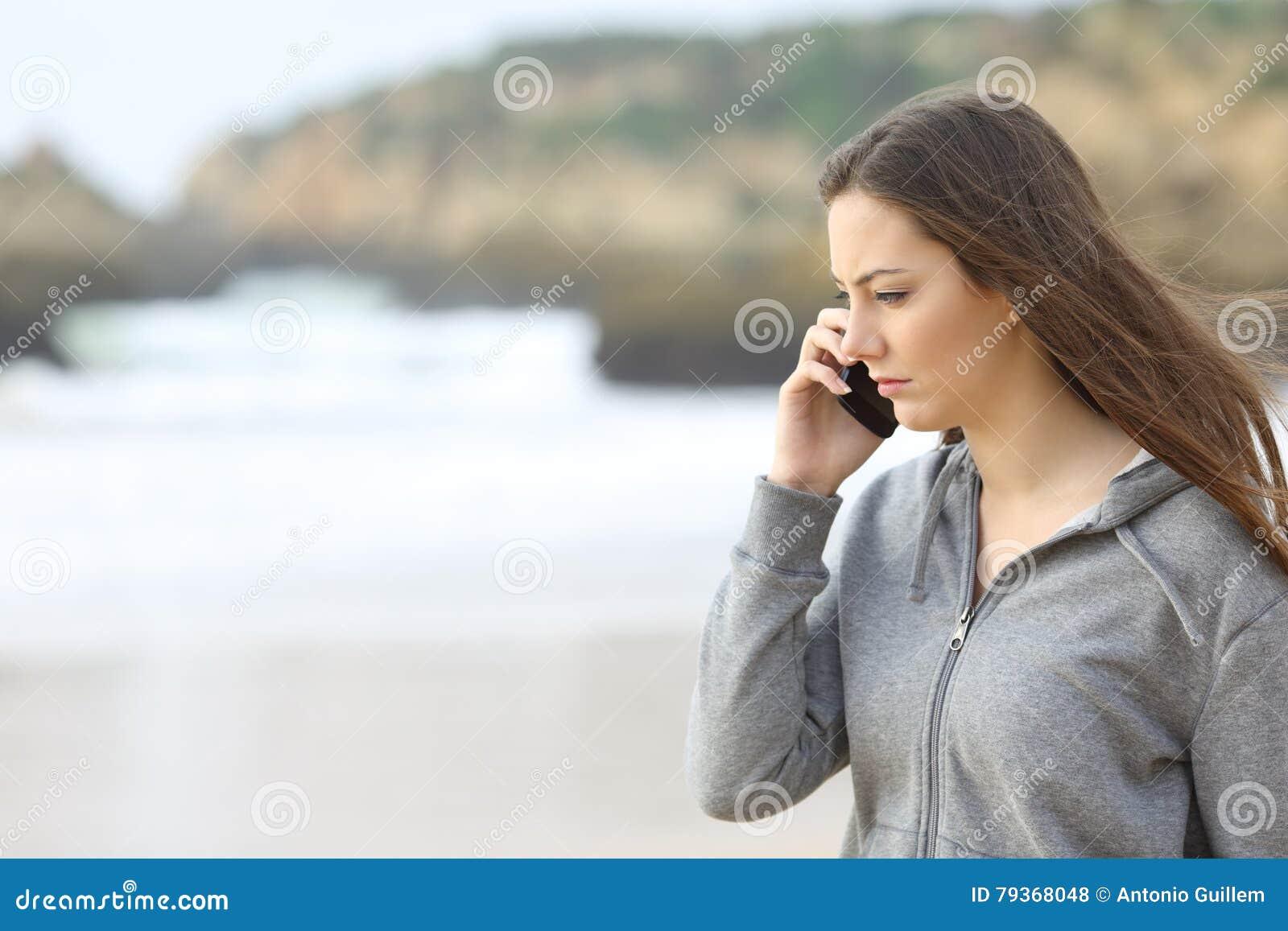 Унылый предназначенный для подростков говорить на телефоне