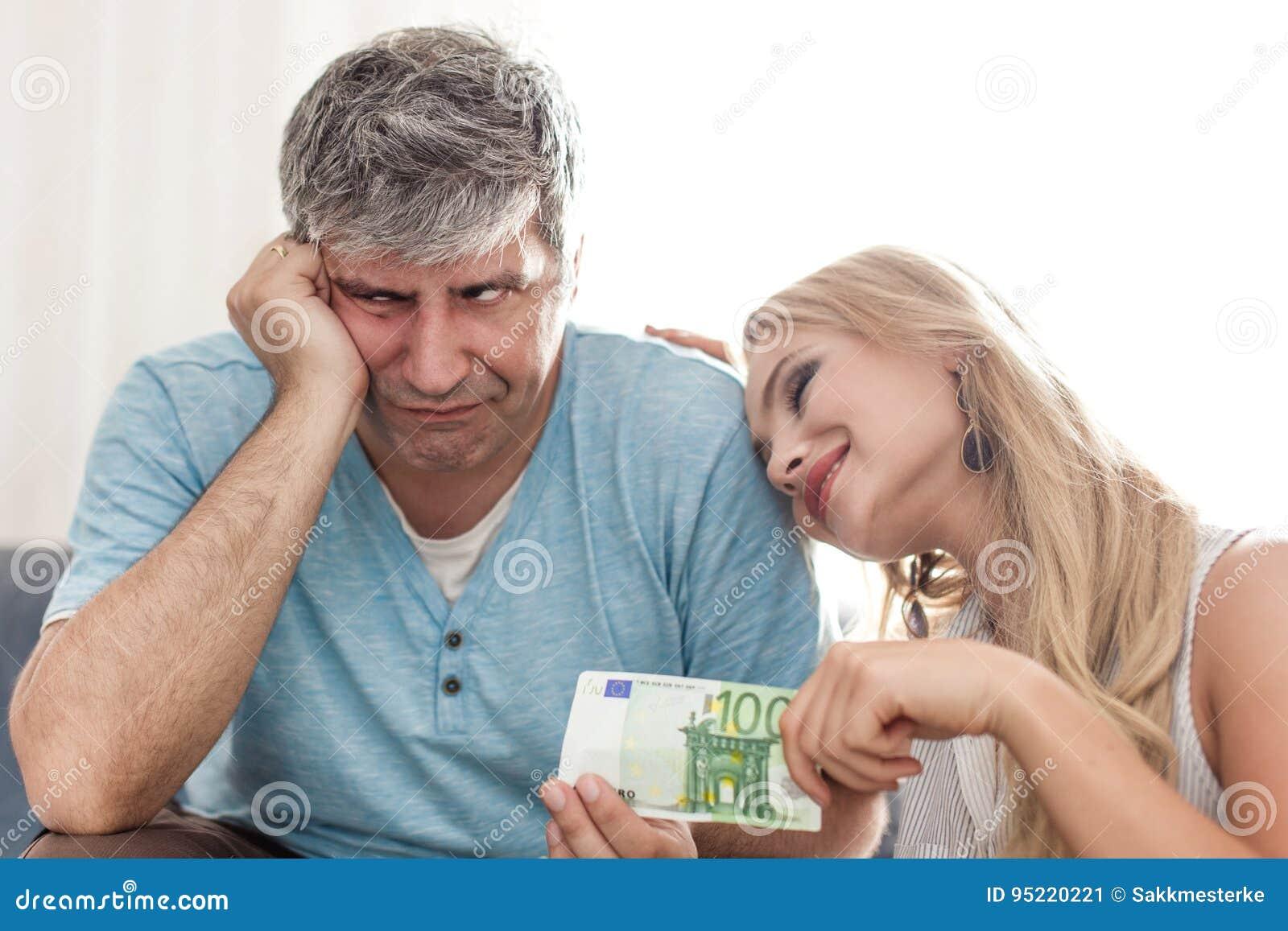 Унылый супруг дает 100 евро к жене golddigger