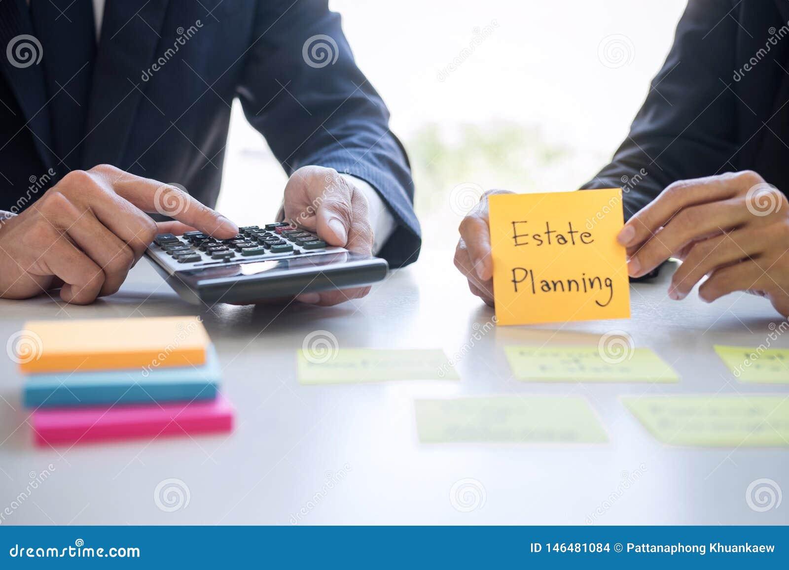 Управление богатства и финансовая концепция, команда учета коммерческих операций анализируя и вычисление на инвестиционном фонде