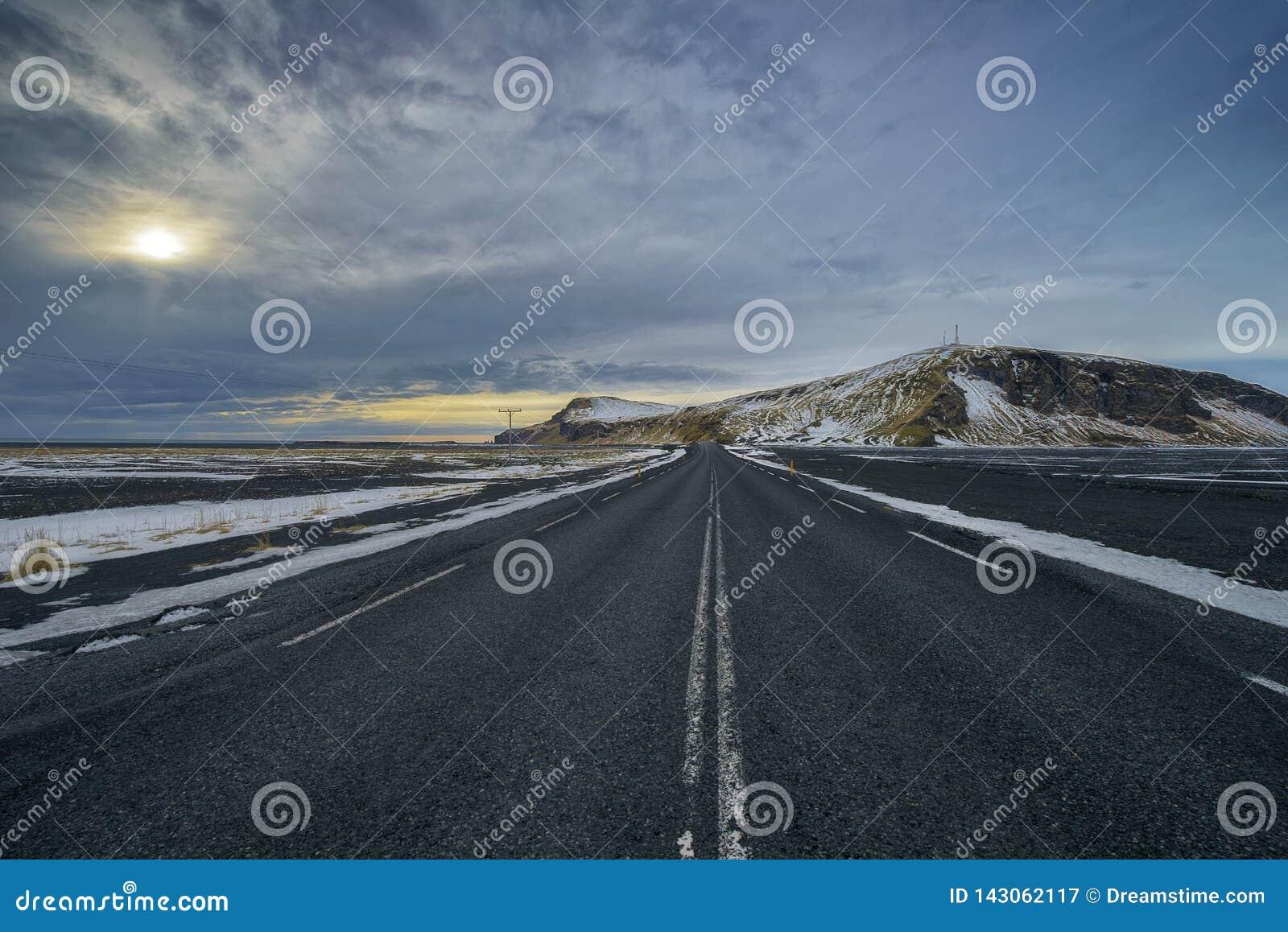 Управлять через Исландию с пустым шоссе