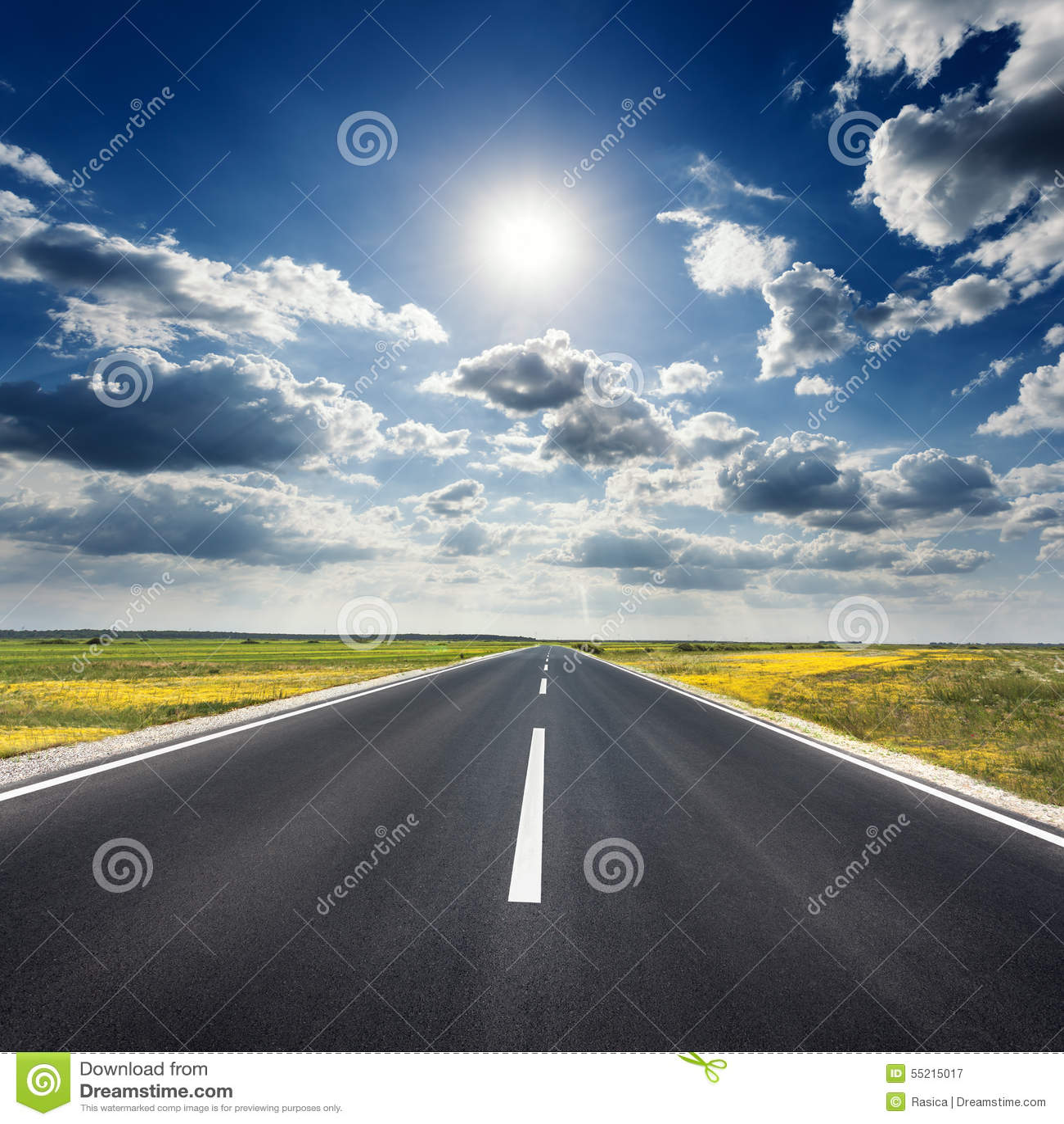 Управлять на пустой дороге асфальта к солнцу