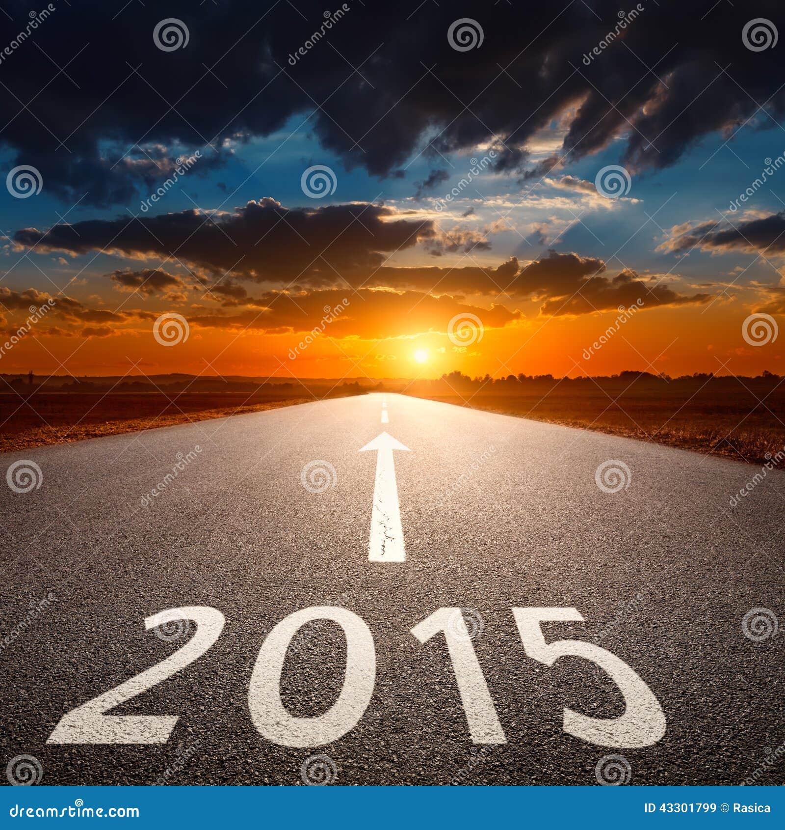 Управлять на пустой дороге асфальта до предстоящее 2015