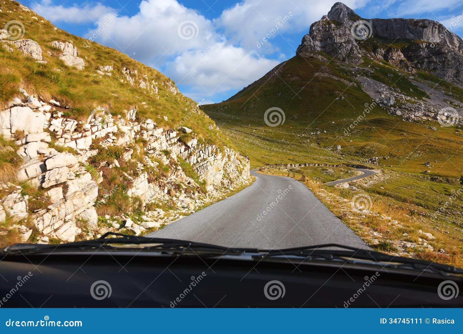 Управлять на пустой дороге в горе