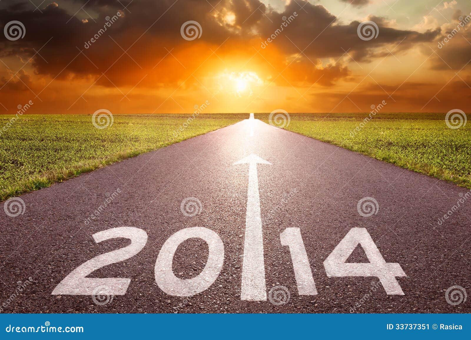 Управлять на пустой дороге к заходящему солнцу 2014 года