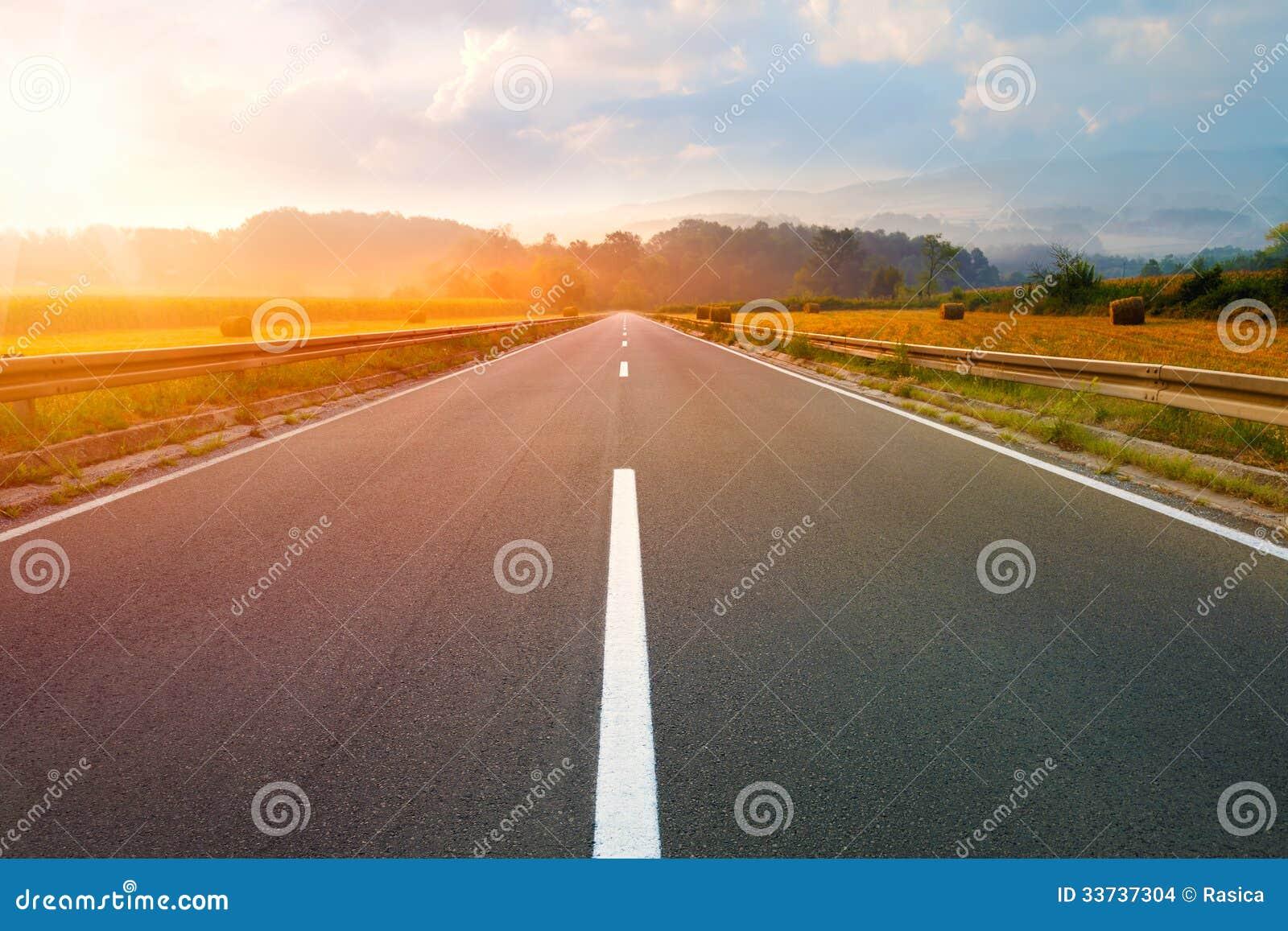 Управлять на пустой дороге на зоре